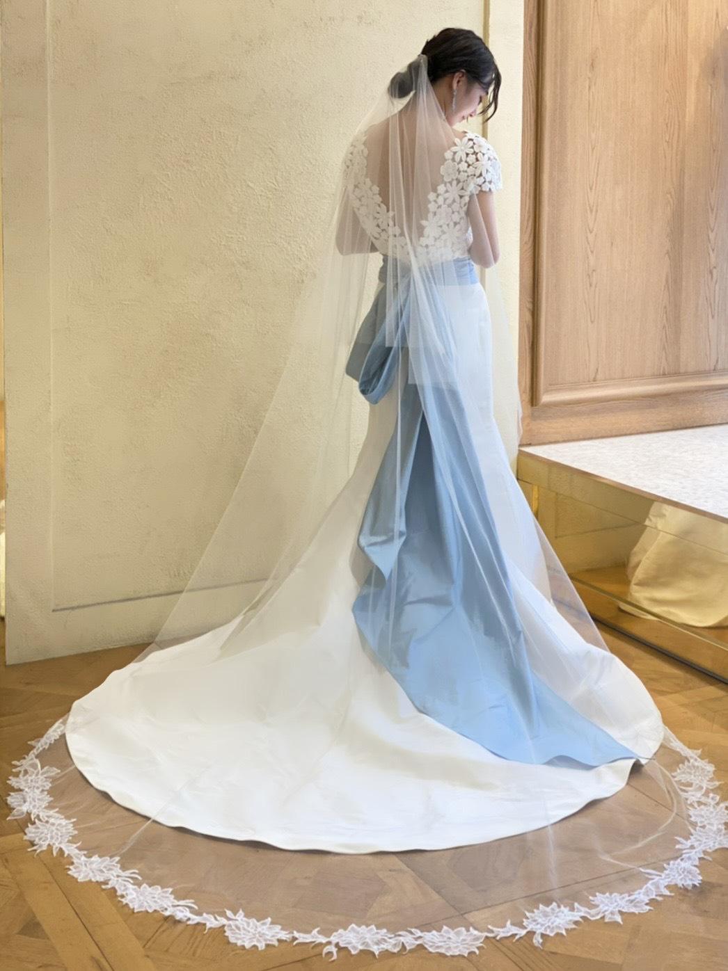 トリートオリジナルブランドのセカンドコレクションのブルーリボンが付いたマーメイドドレス