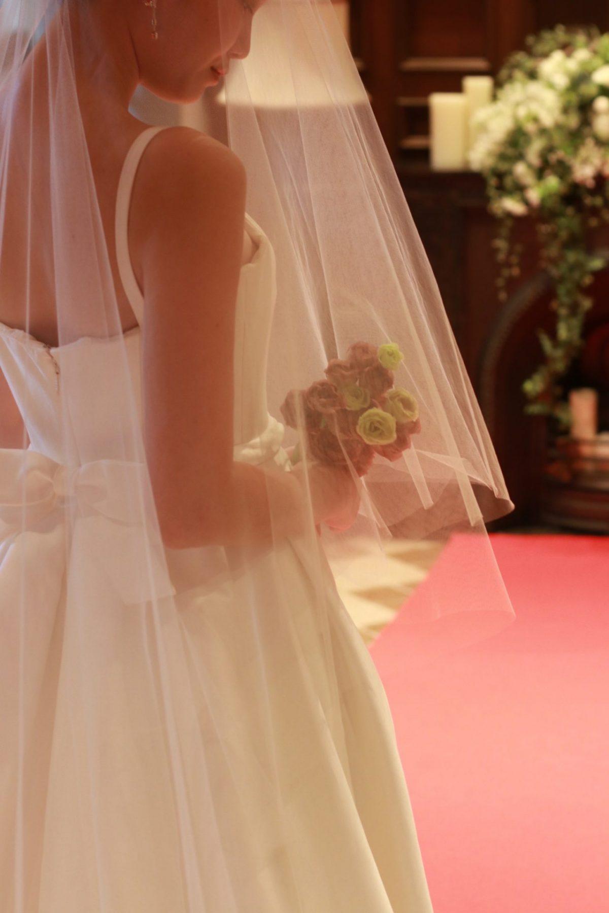 ザトリートドレッシングアディション店の提携会場赤坂プリンスクラシックハウスにはキャロリーナへレラのシンプルでエレガント、そしていつの時代も愛されるタイムレスなウェディングドレスがぴったりです