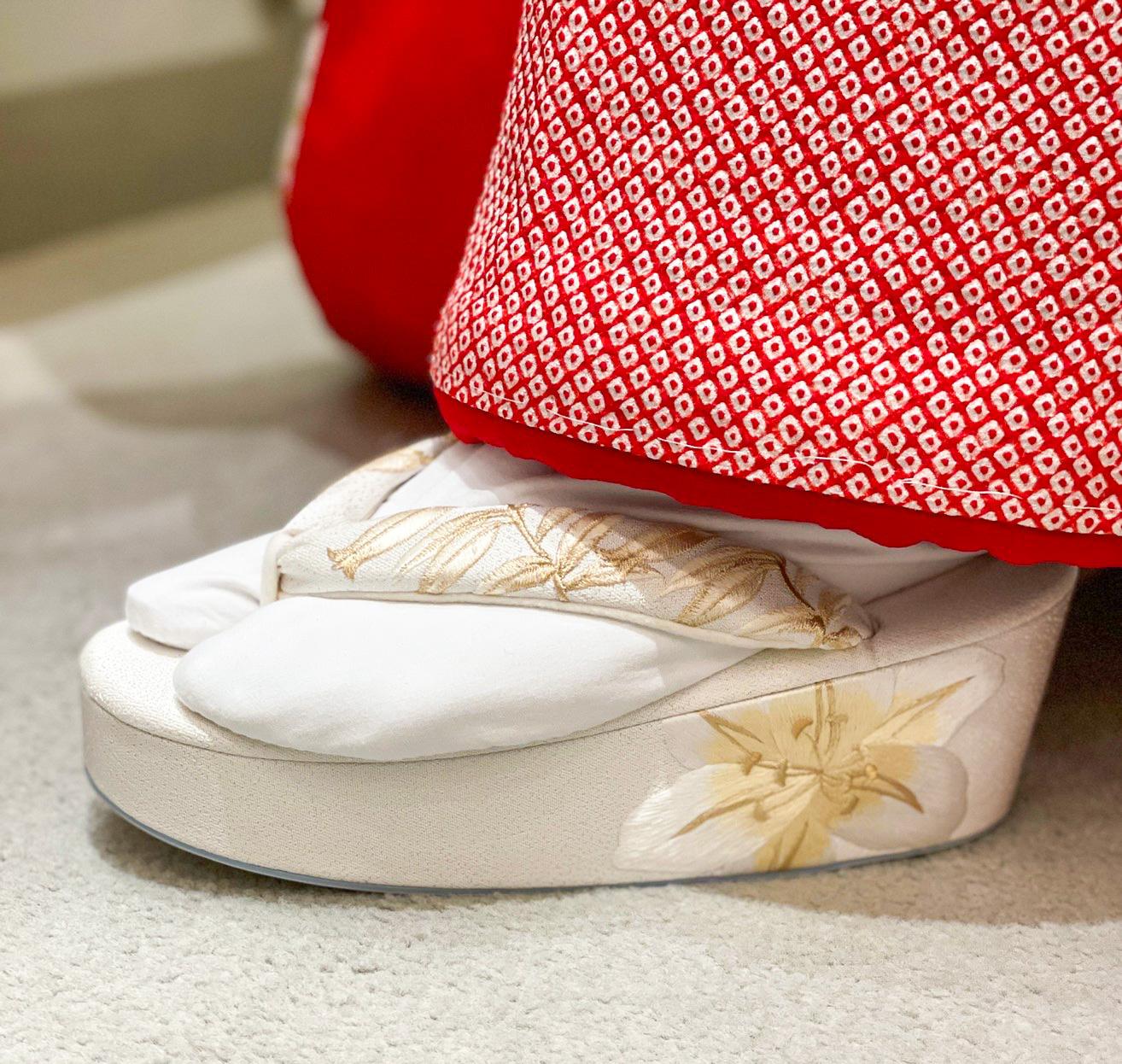 白色にワンポイントでゴールドの花の刺繍があしらわれている草履は上品な印象に着こなしていただけます