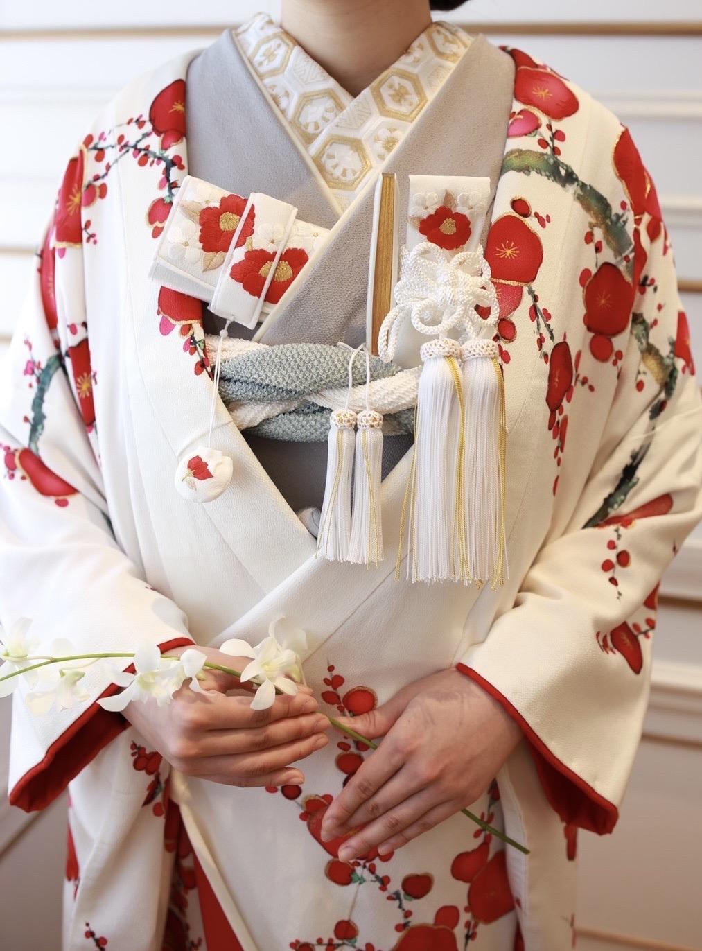 和装結婚式をお考えの花嫁様におすすめの白地に梅の花の柄の色打掛