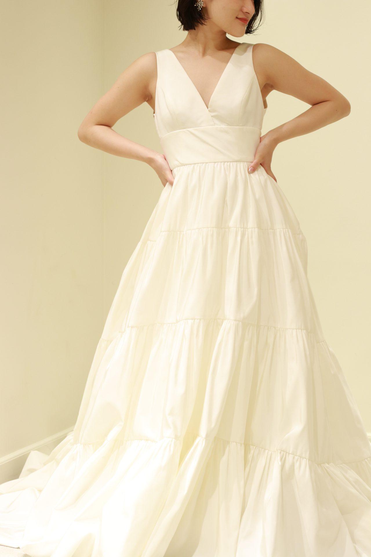 アムサーラの新作ウェディングドレスは、プレーンでモダンな雰囲気に、今期トレンドのティアードスカートで甘さを効かせたお洒落な印象で、お色直しや前撮りにおすすめです