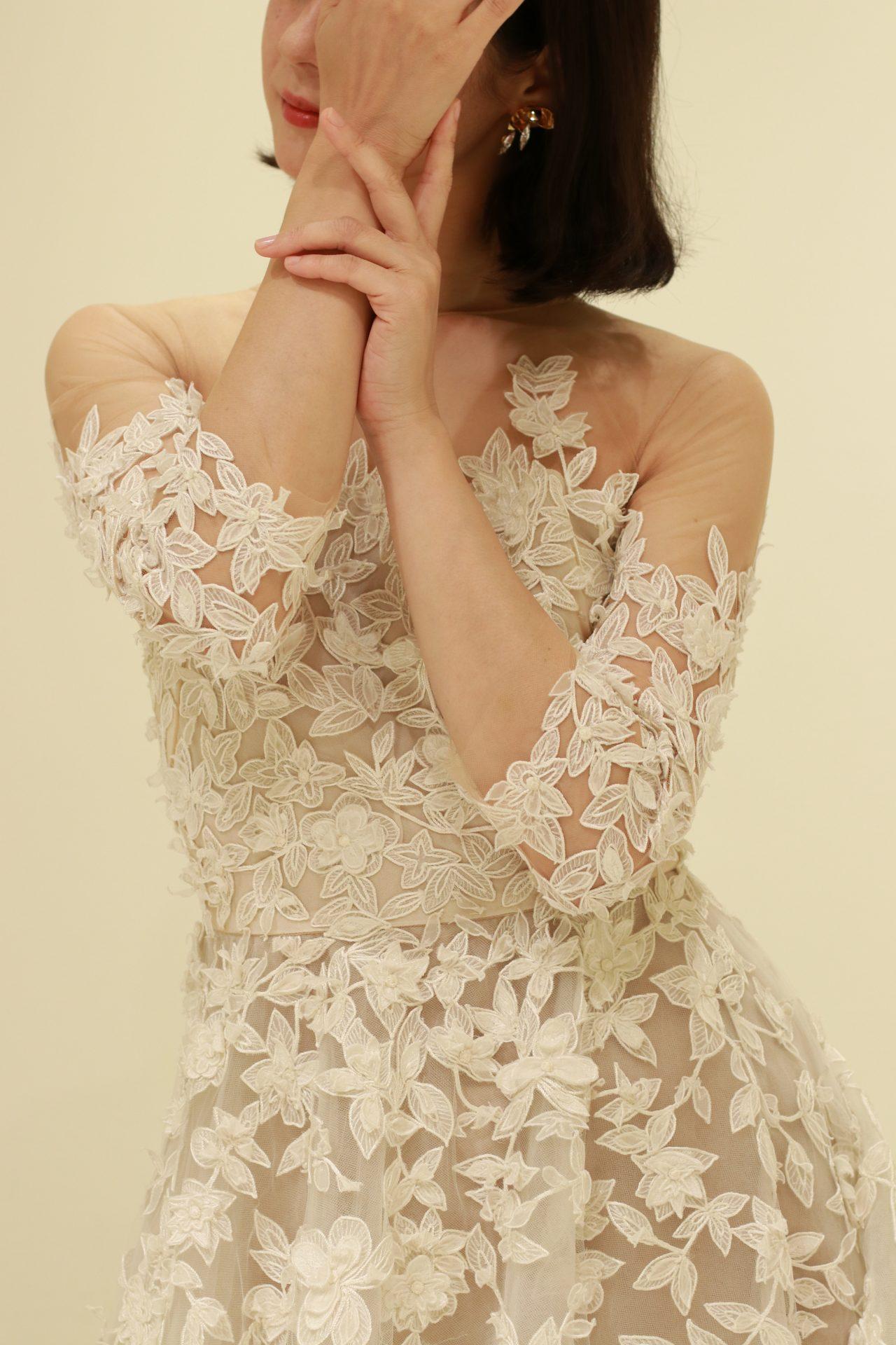 日本人女性の肌をワントーン明るく綺麗に見せるのは、肌なじみの良いベージュ調の色味がかったウェディングドレスです
