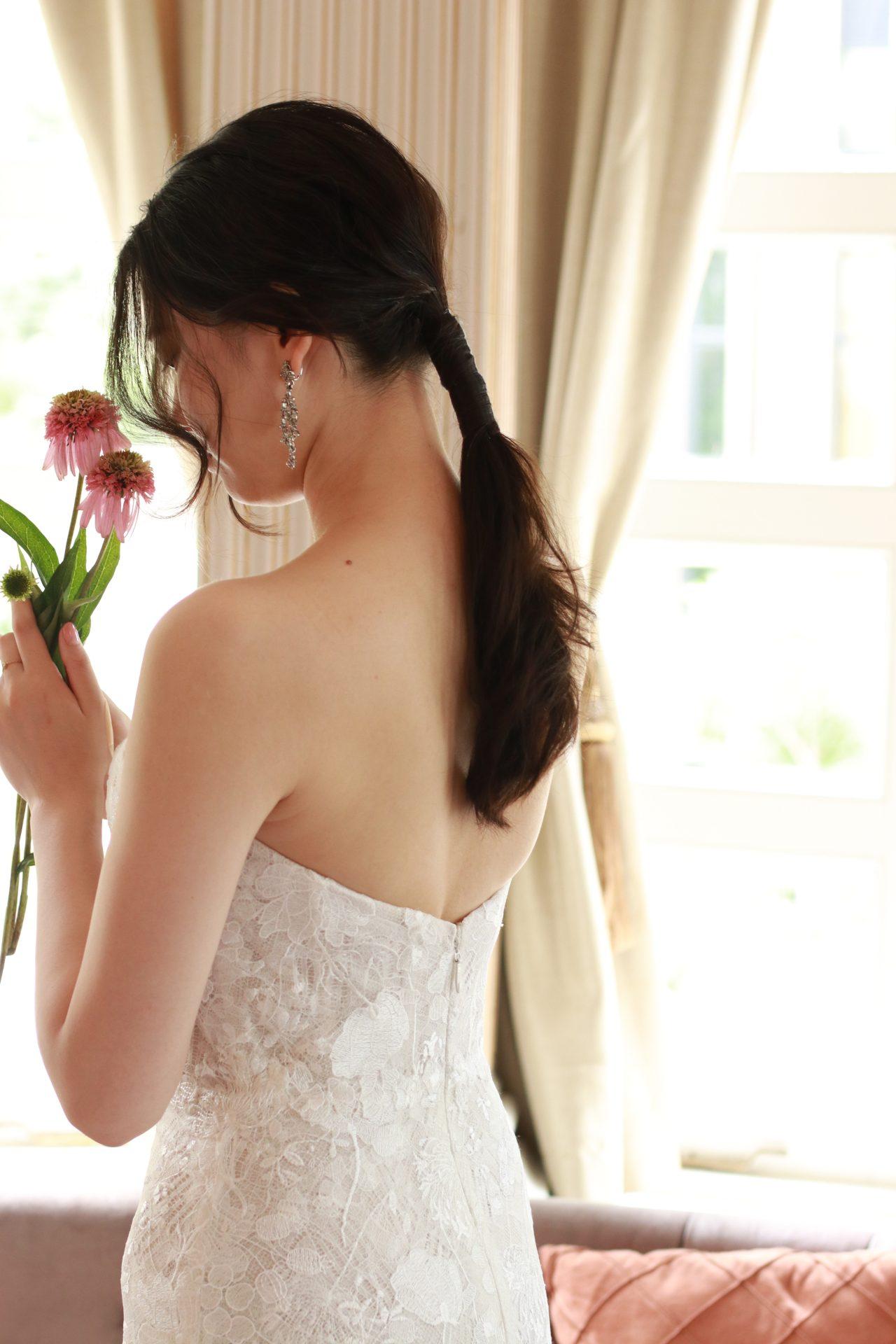 親族式や小規模婚にもぴったりの、マーメイドラインのウェディングドレスは、身体のラインを上品に魅せる細身のシルエットである為、ゲストともより一層近い距離でアットホームにお過ごしいただけます