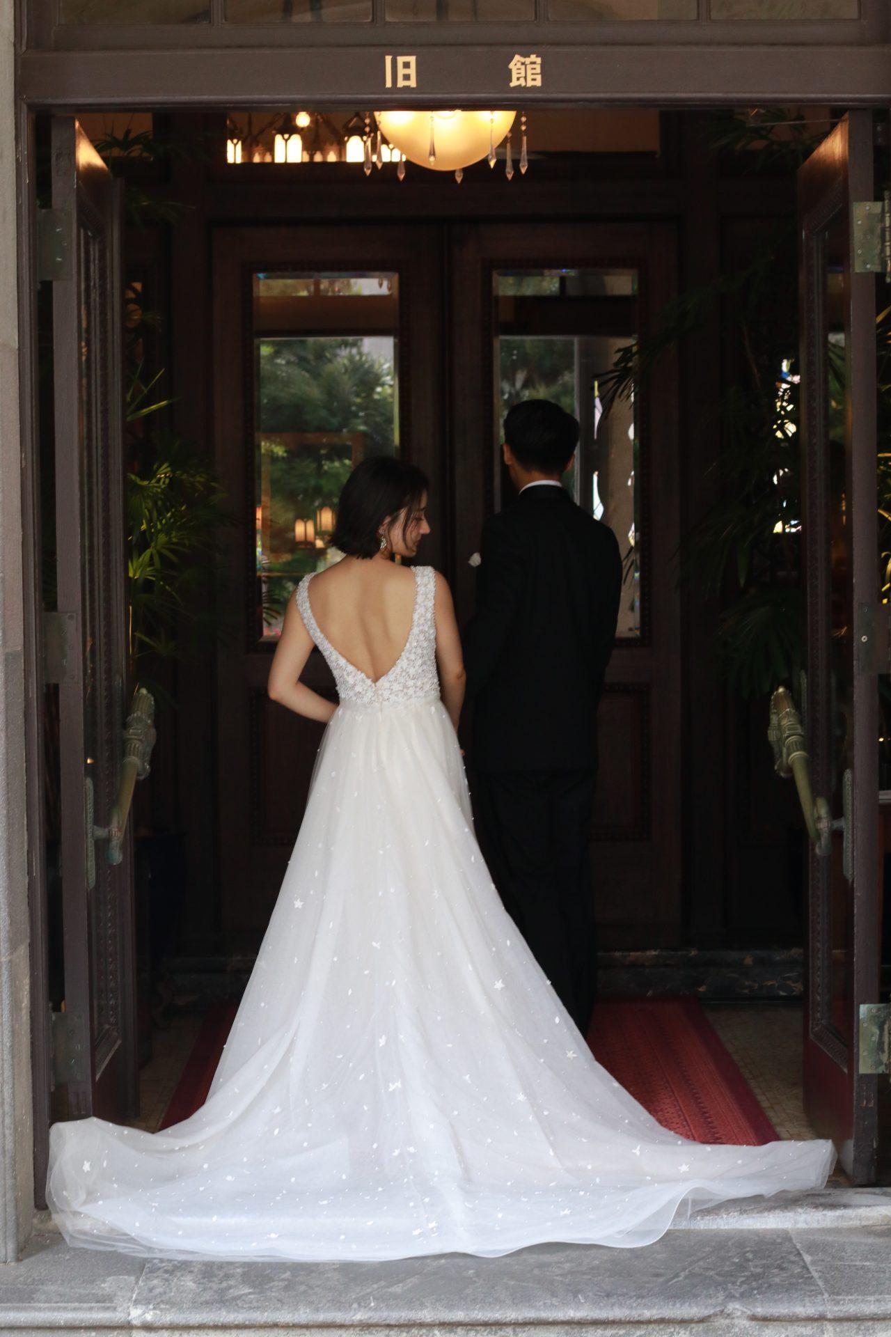 東京の人気結婚式会場、赤坂プリンスクラシックハウスでのご結婚式を予定されている花嫁様におススメの新作ウェディングドレスは、繊細なベールを纏った上からでも存在感を放つ立体的なビーズ刺繍がデコルテを華やかに引き立てます
