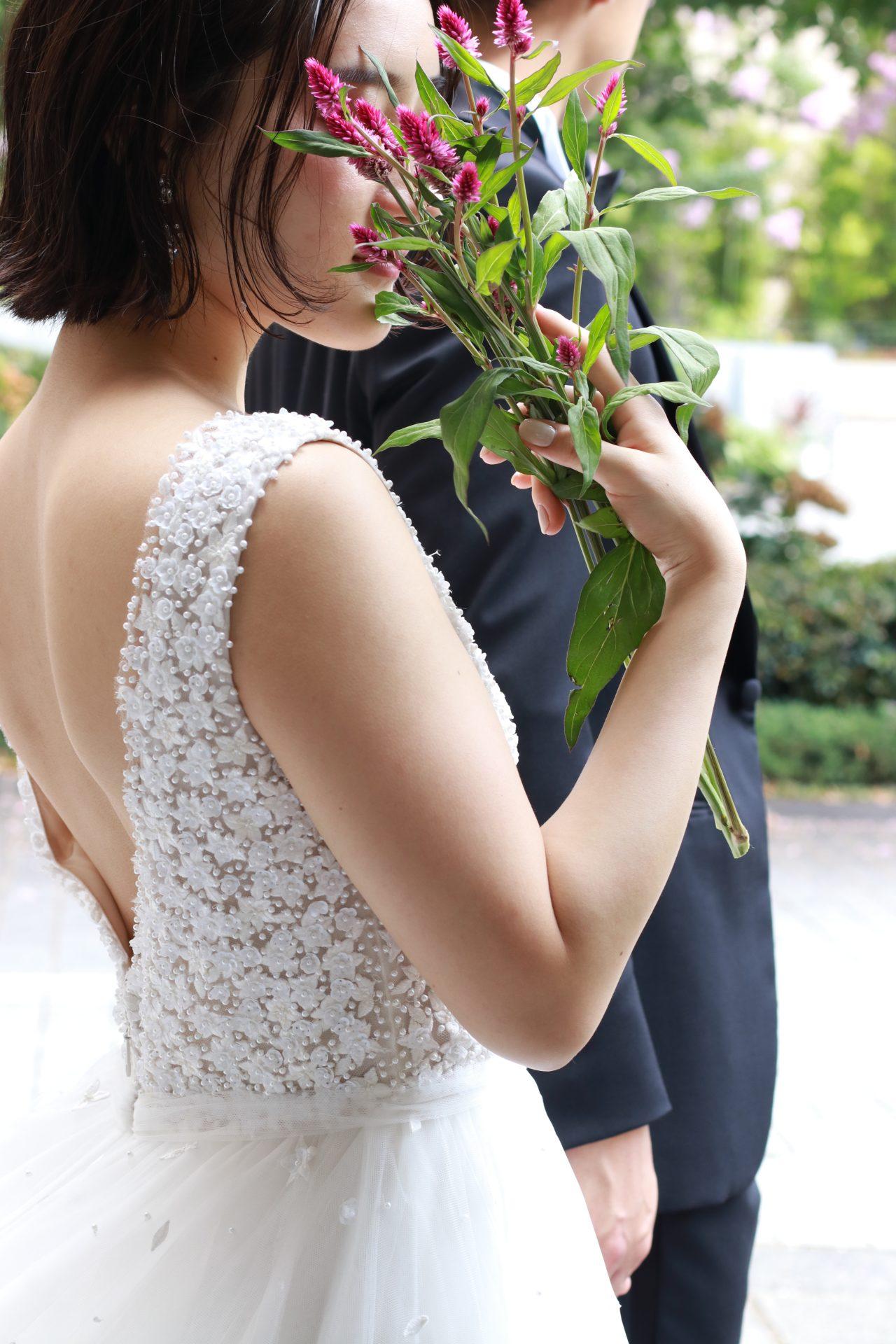 THE TREAT DRESSING ADDITION店にてお取り扱いのあるリームアクラのウェディングドレスは、インド刺繍が美しく細やかなパールと3Dフラワーモチーフが特徴的で花嫁の心をくすぐります