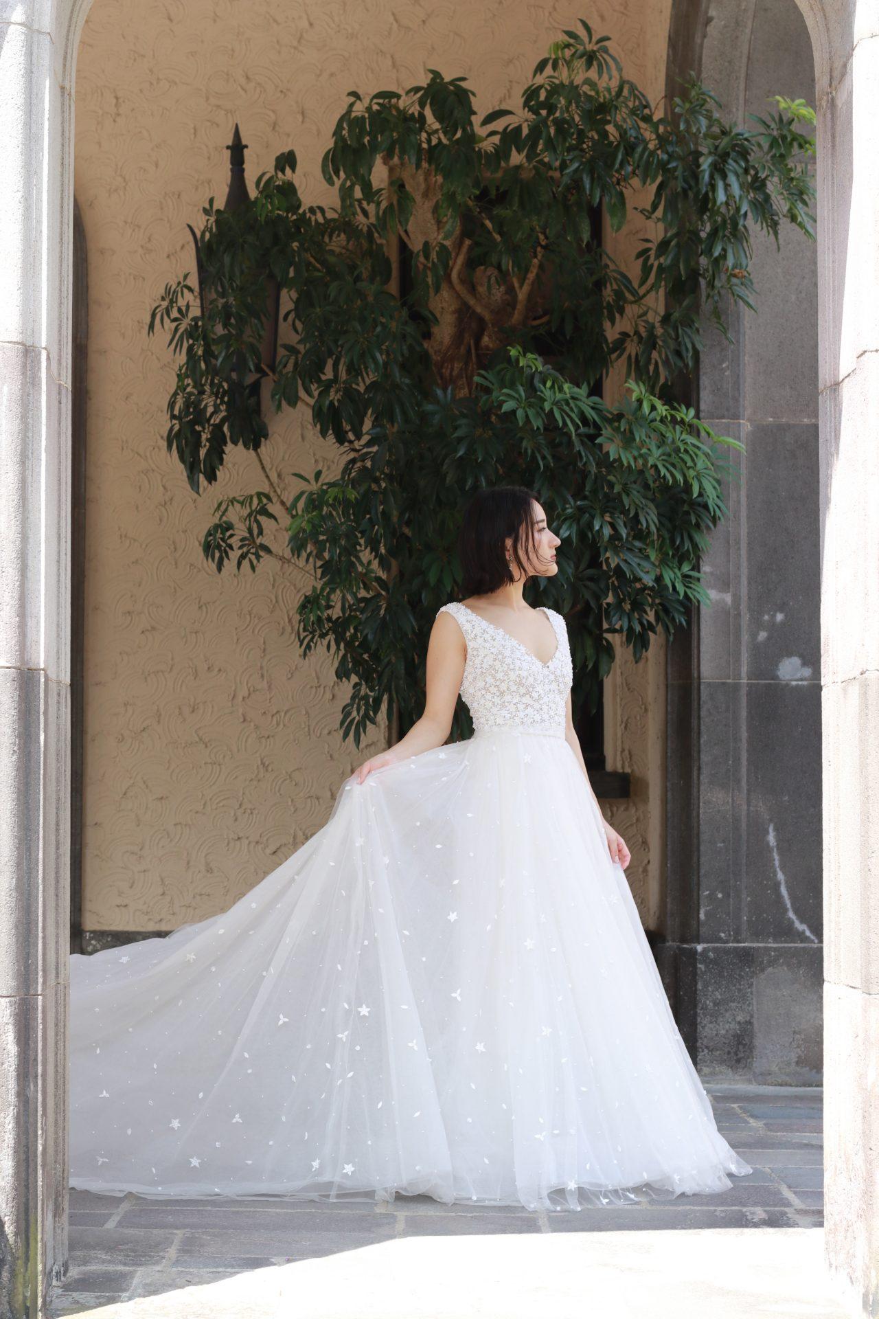 赤坂プリンスクラシックハウスの提携ドレスショップ、ザトリートドレッシングに入荷したリームアクラの新作ウェディングドレスは、しなやかな女性のボディラインを柔らかく包む、軽やかで透明感あふれるチュールのAラインドレスです