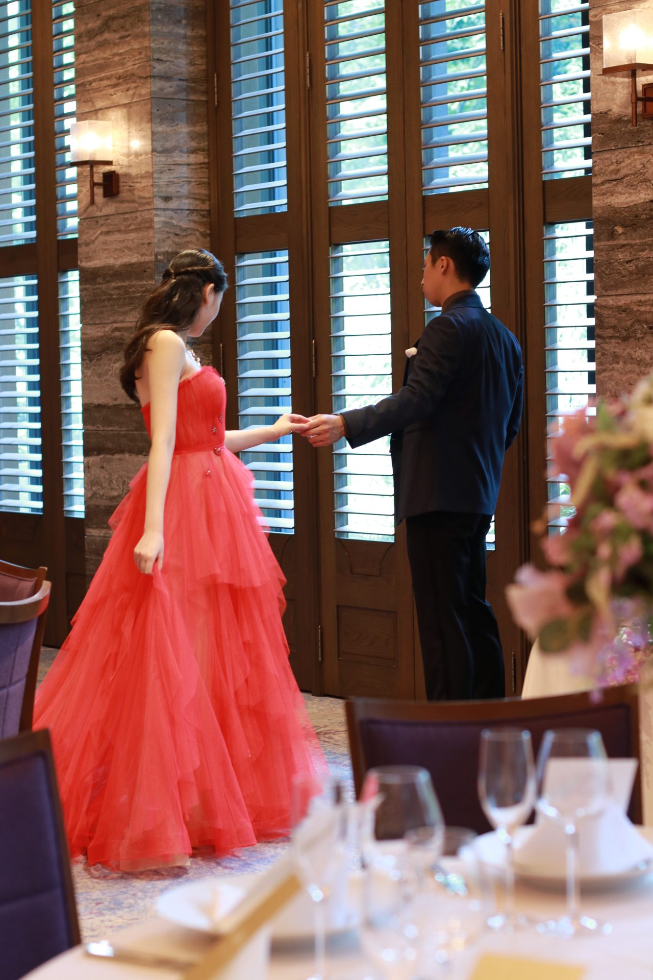 シャンデリアが輝く赤坂プリンスクラシックハウスの披露宴会場でのお色直しスタイルはモダンで都会的かつお二人らしい主役感満載にコーディネートしてはいかがでしょうか