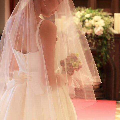 赤坂プリンスクラシックハウスのチャペルは重厚感のある赤絨毯が特徴で、窓からは柔らかな自然光によって花嫁はより幻想的に演出します
