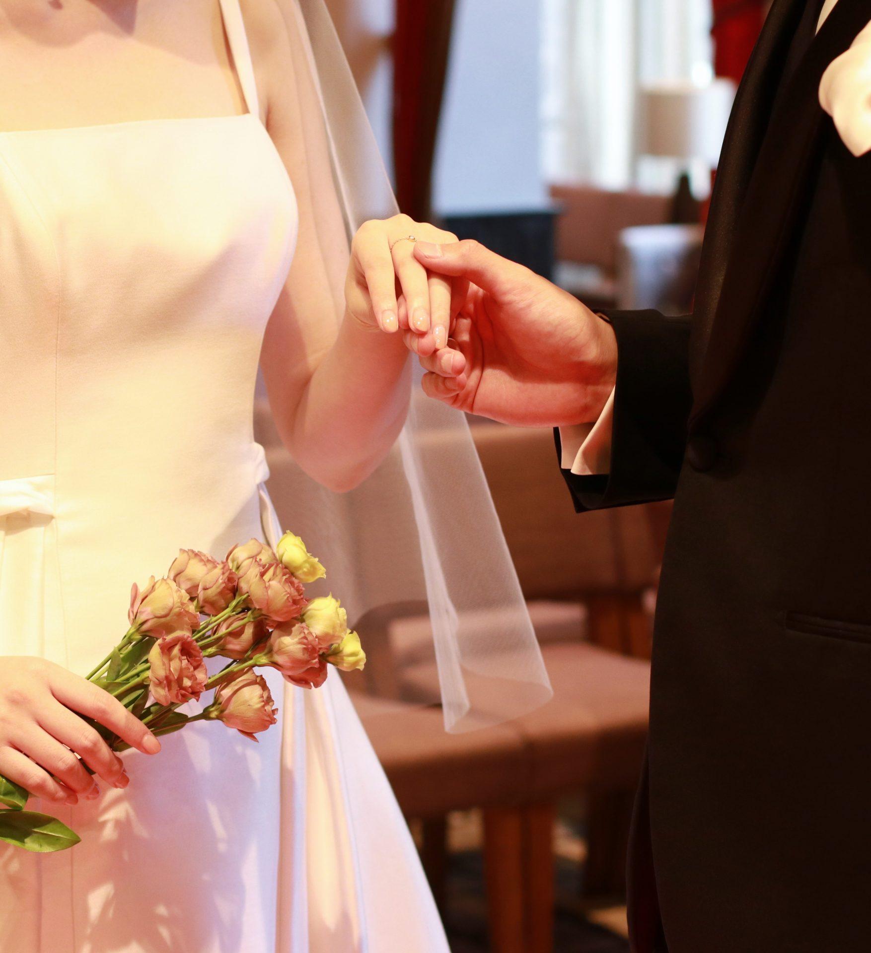 赤絨毯の轢かれた重厚感と温かみを兼ね備える赤坂プリンスクラシックハウスのチャペルでゲストの皆様に囲まれて夫婦の誓いを立てます