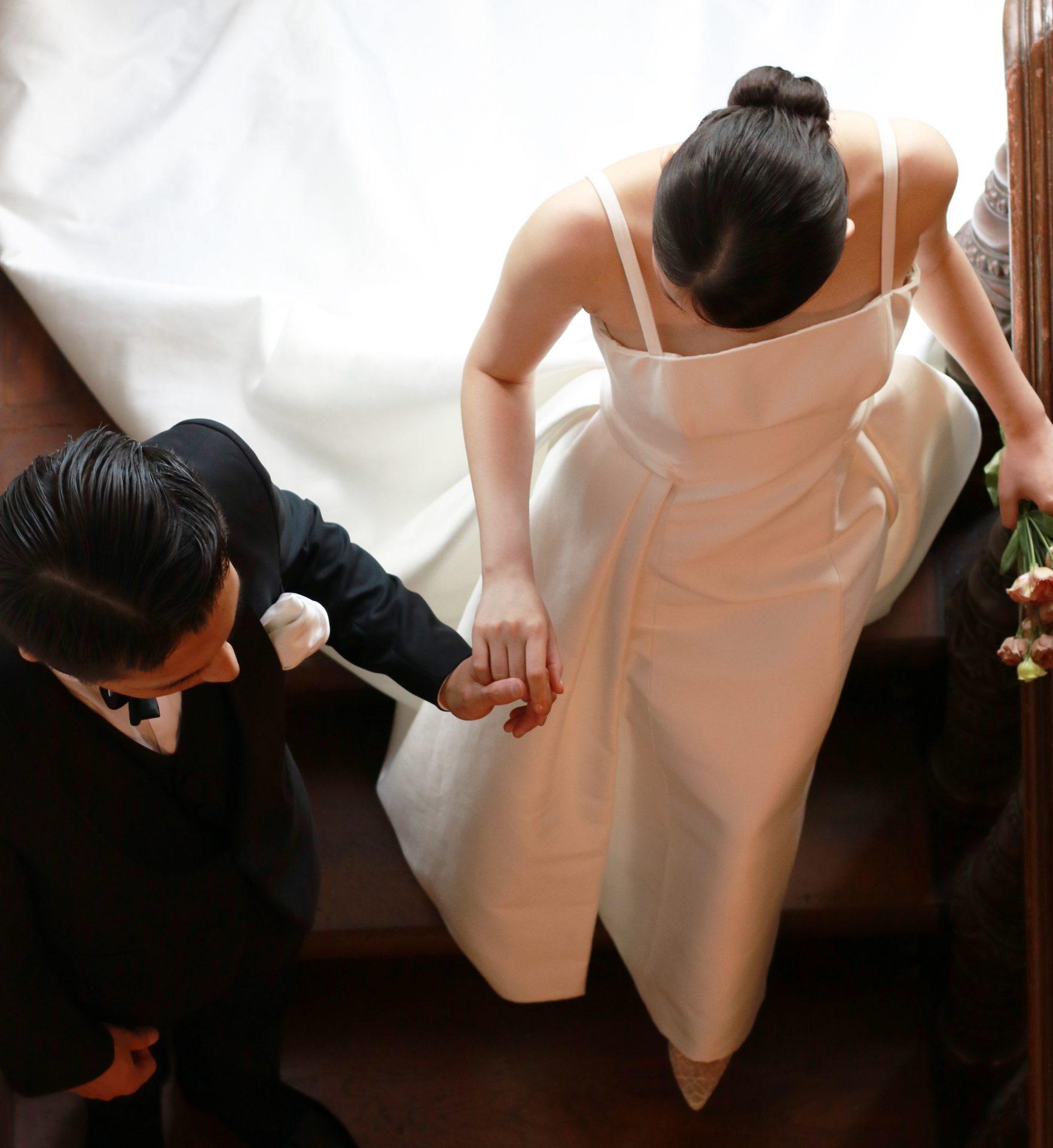 都の有形文化財に登録され、木の温かみを感じさせる赤坂プリンスクラシックハウスでの結婚式にはキャロリーナへレラのタイムレスなウェディングドレスとブラックのフォーマルなタキシードをご提案します