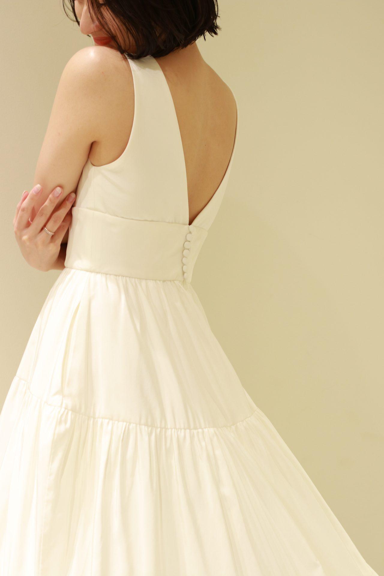 アメリカ発祥のドレスブランド、アムサーラの新作ドレスは、愛らしいくるみボタンがバックコンシャスな一着で、赤坂プリンスクラシックハウスのアットホームなお式におすすめです