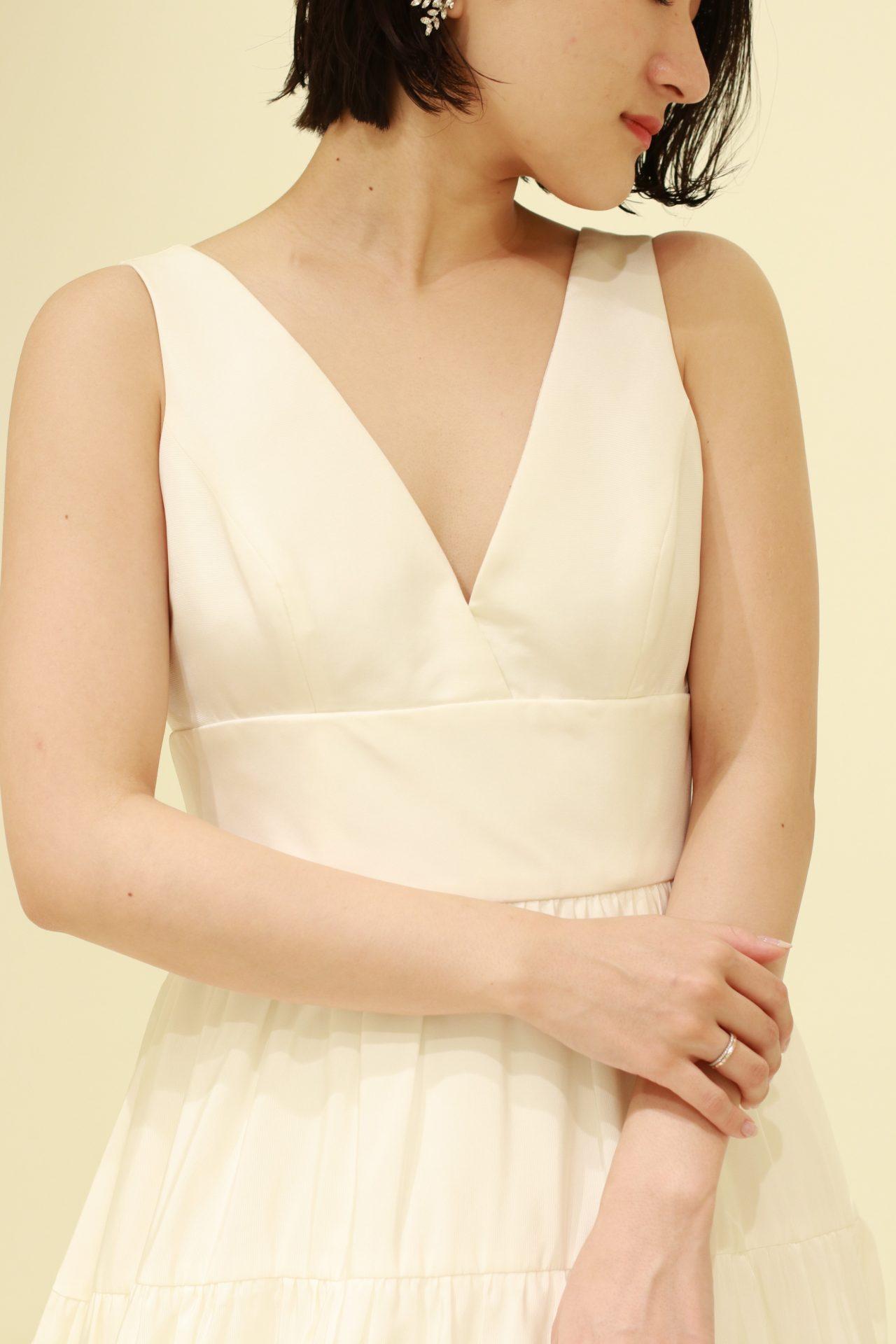 ストレート体型を活かすアムサーラのドレスは、ウエストが絞られたスリムな印象で、厚みのある上半身から、胸元にかけてをすっきり魅せることができるVネックのデザインです