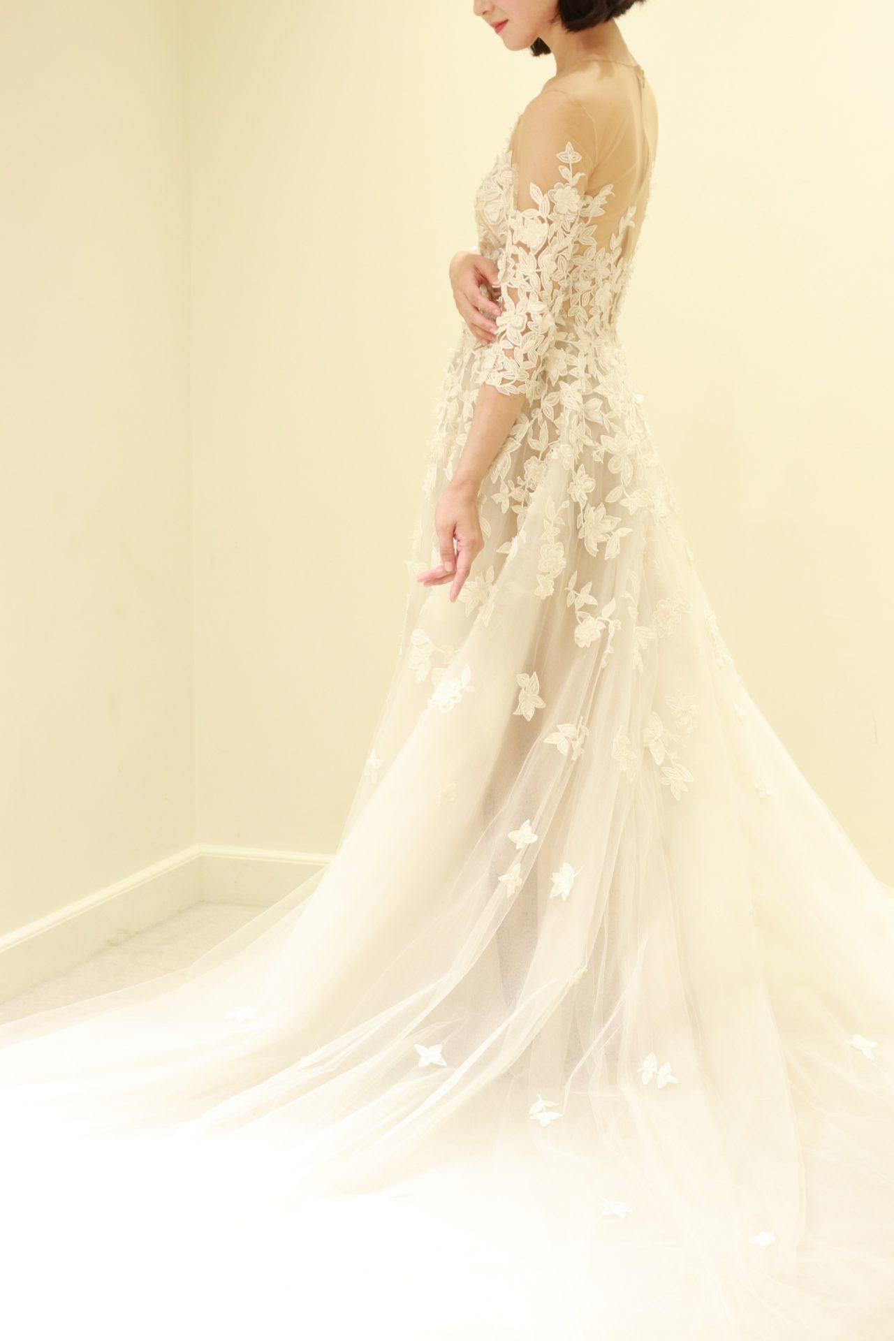 オスカーデラレンタの人気ウェディングドレスは、繊細なチュールスカートにシャープな印象の大振りレースが贅沢に施された華やか且つ他にはないお洒落な一着です