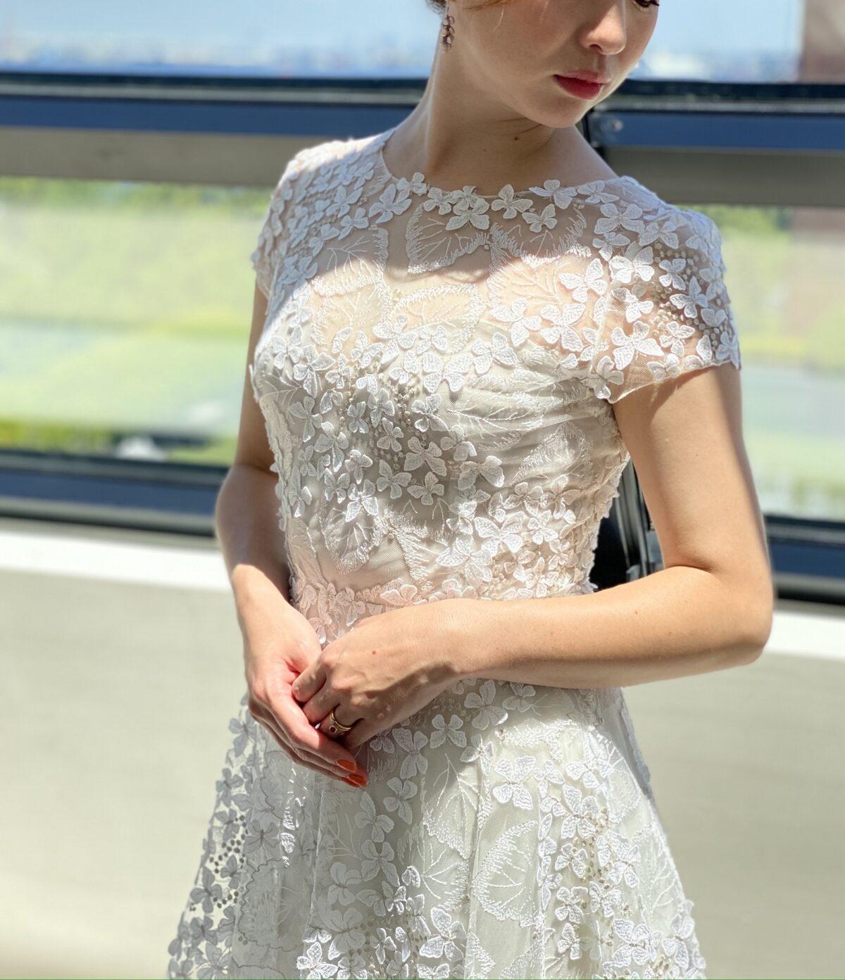 チュールに花柄の刺繍がフェミニンなウェディングドレスは披露宴でのお色直しにもおすすめ