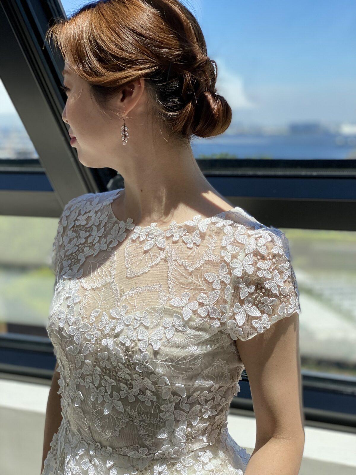 半袖レースが美しいエリザベスフィルモアのAラインのレンタルウェディングドレスを可愛く着こなして