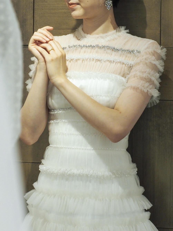 トリートドレッシングの胸元が安心のヴィクターアンドロルフマリアージュのチュールが美しいウェディングドレス