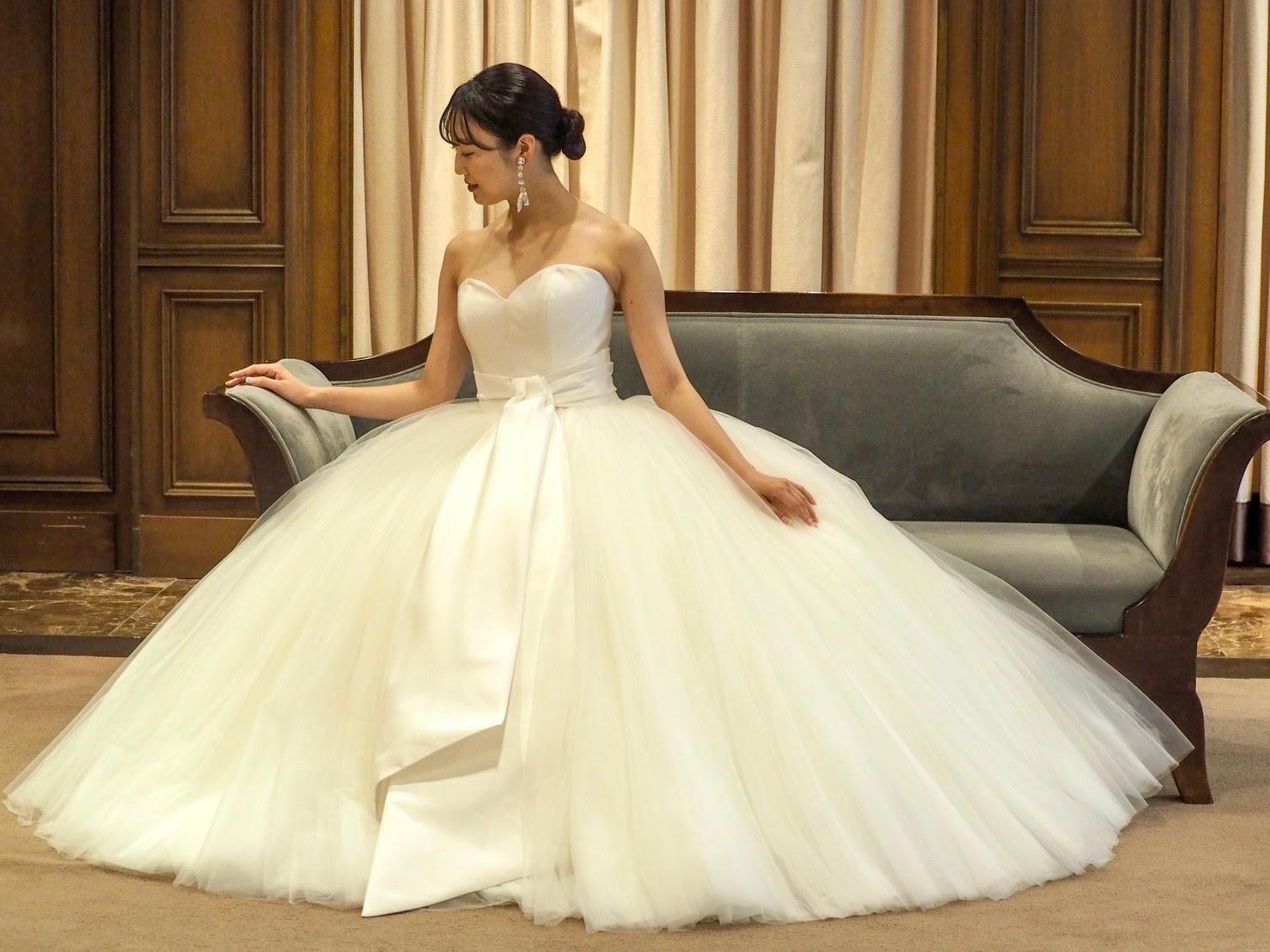トリートドレッシング神戸店で取り扱いのあるヴィクターアンドロルフの特別感のあるプリンセスラインの花嫁らしいチュールが沢山使われたリボンモチーフの可愛いウェディングドレスドレス