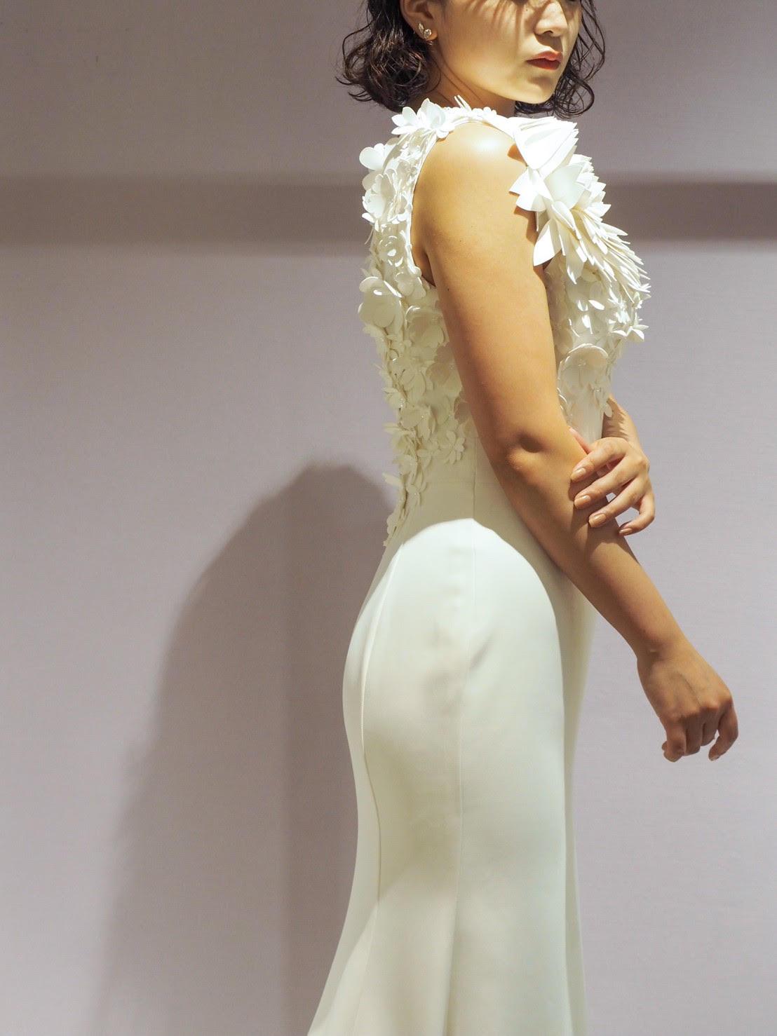 緑のあるアットホームなお式にぴったりの細身のマーメイドドレスがお身体のラインを綺麗に見える事ができるヴィクターアンドロルフのウェディングドレス