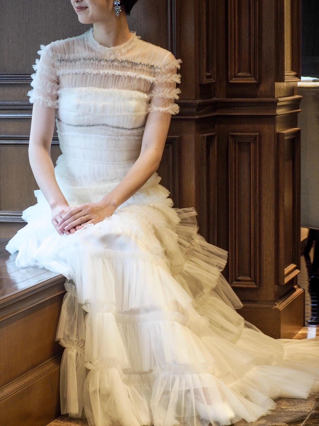 胸元が安心できらきた輝くビジューが綺麗なヴィクターアンドロルフマリアージュのスレンダーラインのウェディングドレス