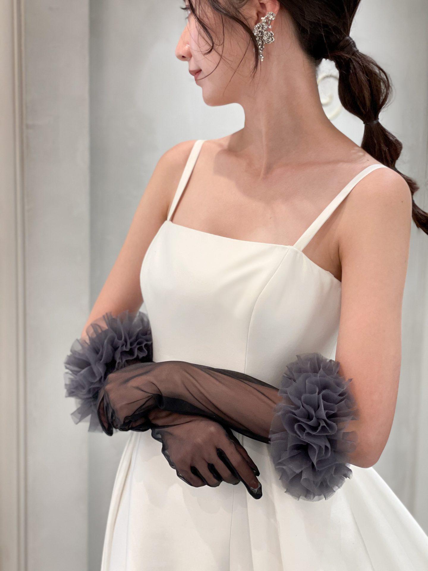 CALORINA HERRERAのシンプルなウェディングドレスに合わせるグローブはブラックカラーでモードな印象に