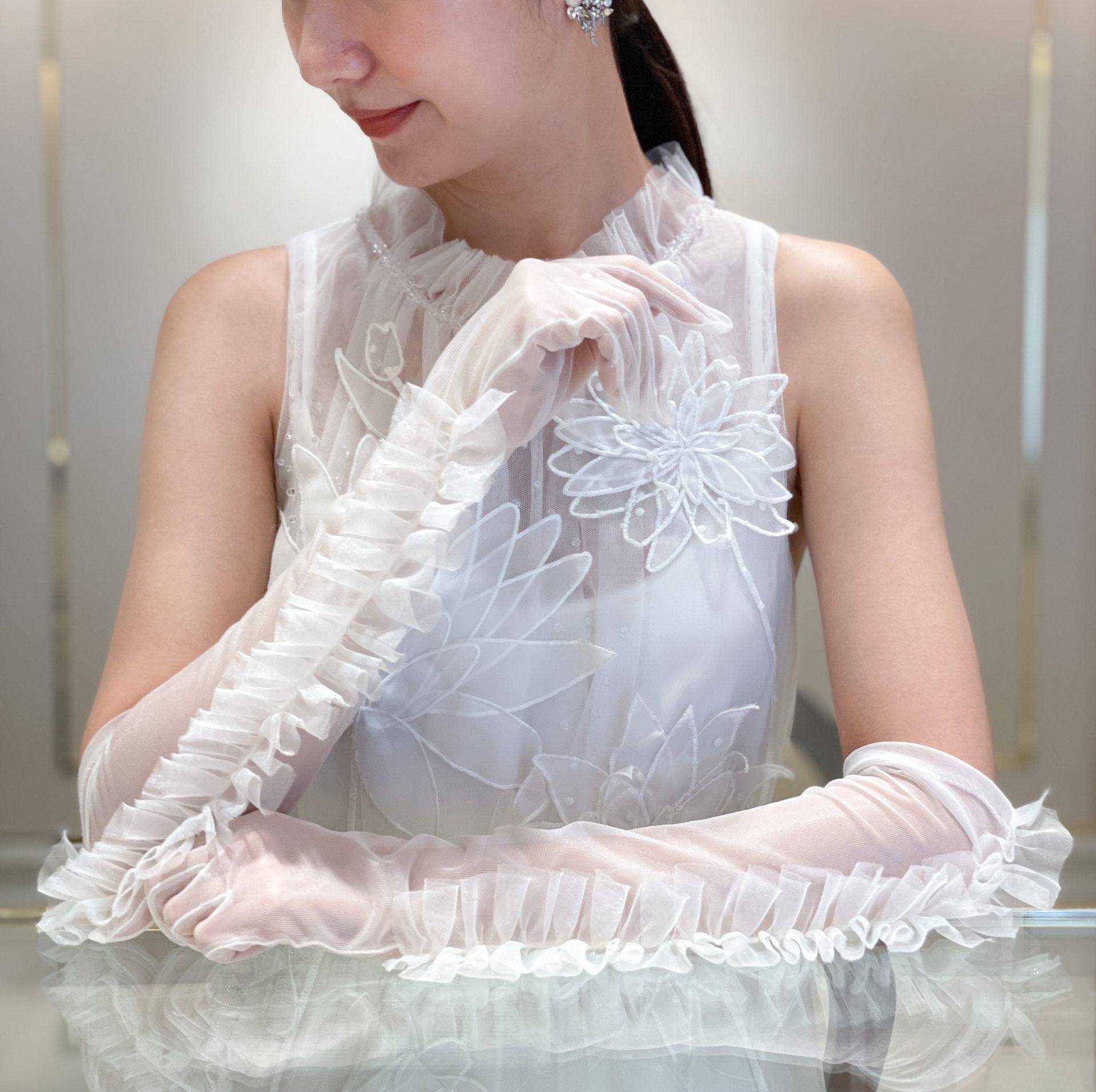 ウェディングドレスに合わせるグローブのコーディネートはTOMO KOIZUMIのフリルが綺麗なロンググローブを合わせて