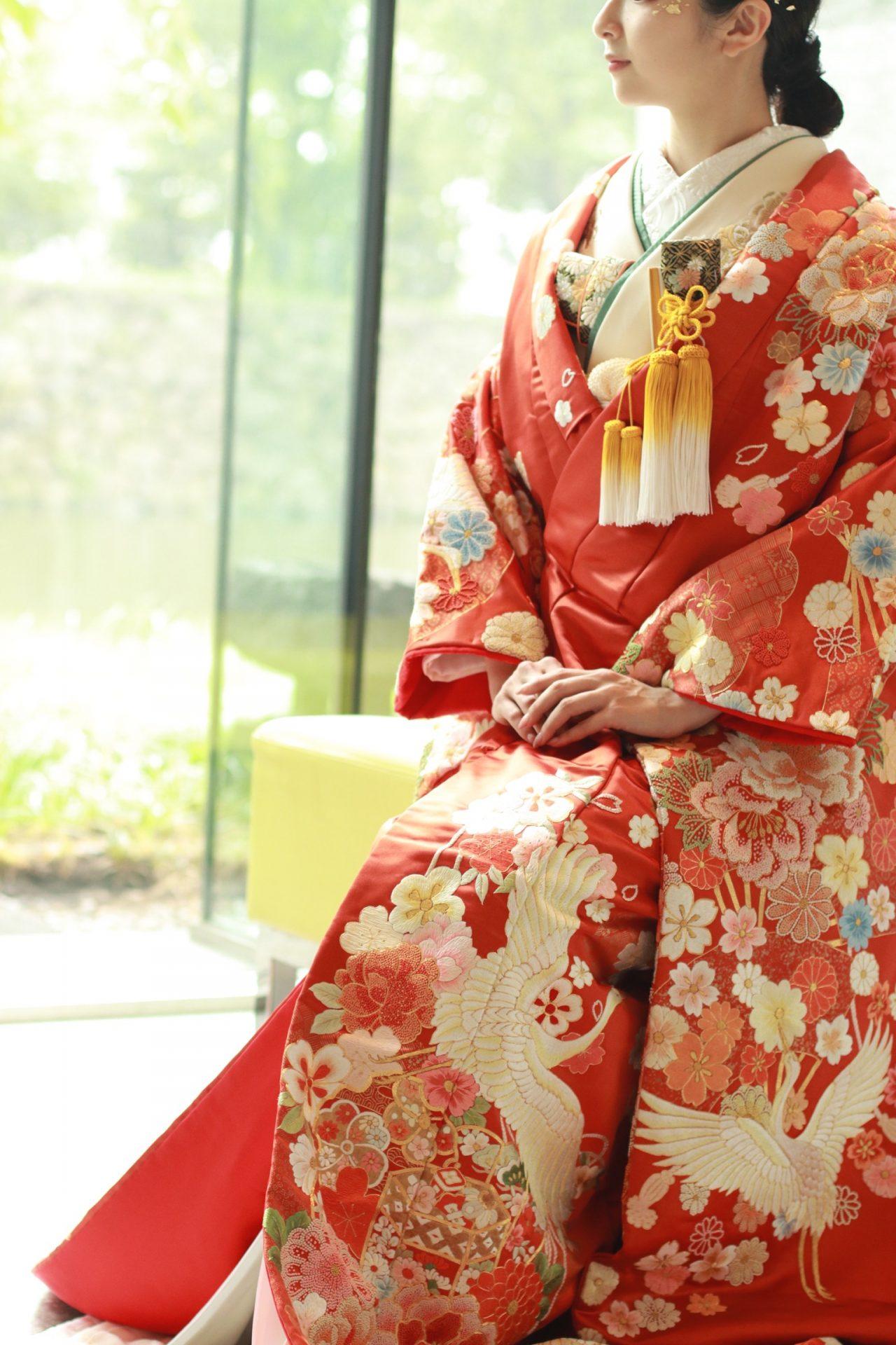 パレスホテル東京におすすめの赤の色打掛、自然光の柔らかな光を浴びて和装花嫁ならではの上品な華やかさを演出します