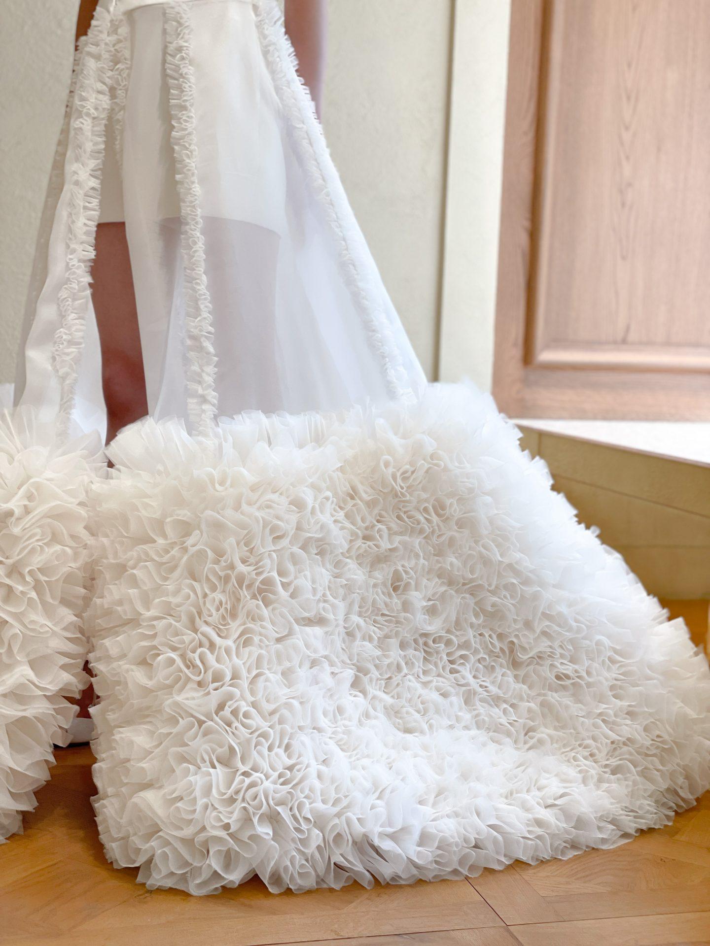 TOMO KOIZUMI for TREAT MAISONのラッフルがふんわりと広がるオーバースカートのコーディネート