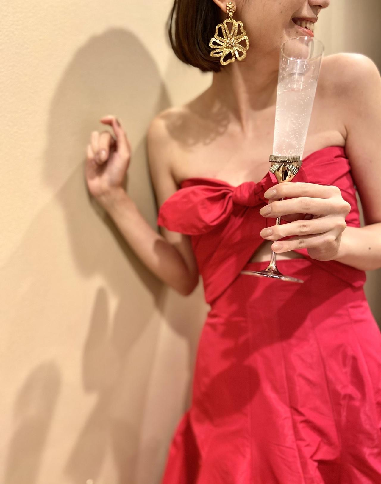 カジュアルでアットホームなパーティーでは、主役感のあるビビッドな赤のカラードレスを