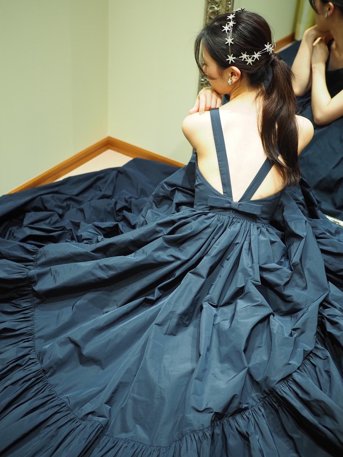 トリートメゾンのカラードレスは背中の空いているリボン付きのバックコンシャスなデザインとティアードスカートで人と被らない個性的な花嫁や新婦様におススメのデザイン