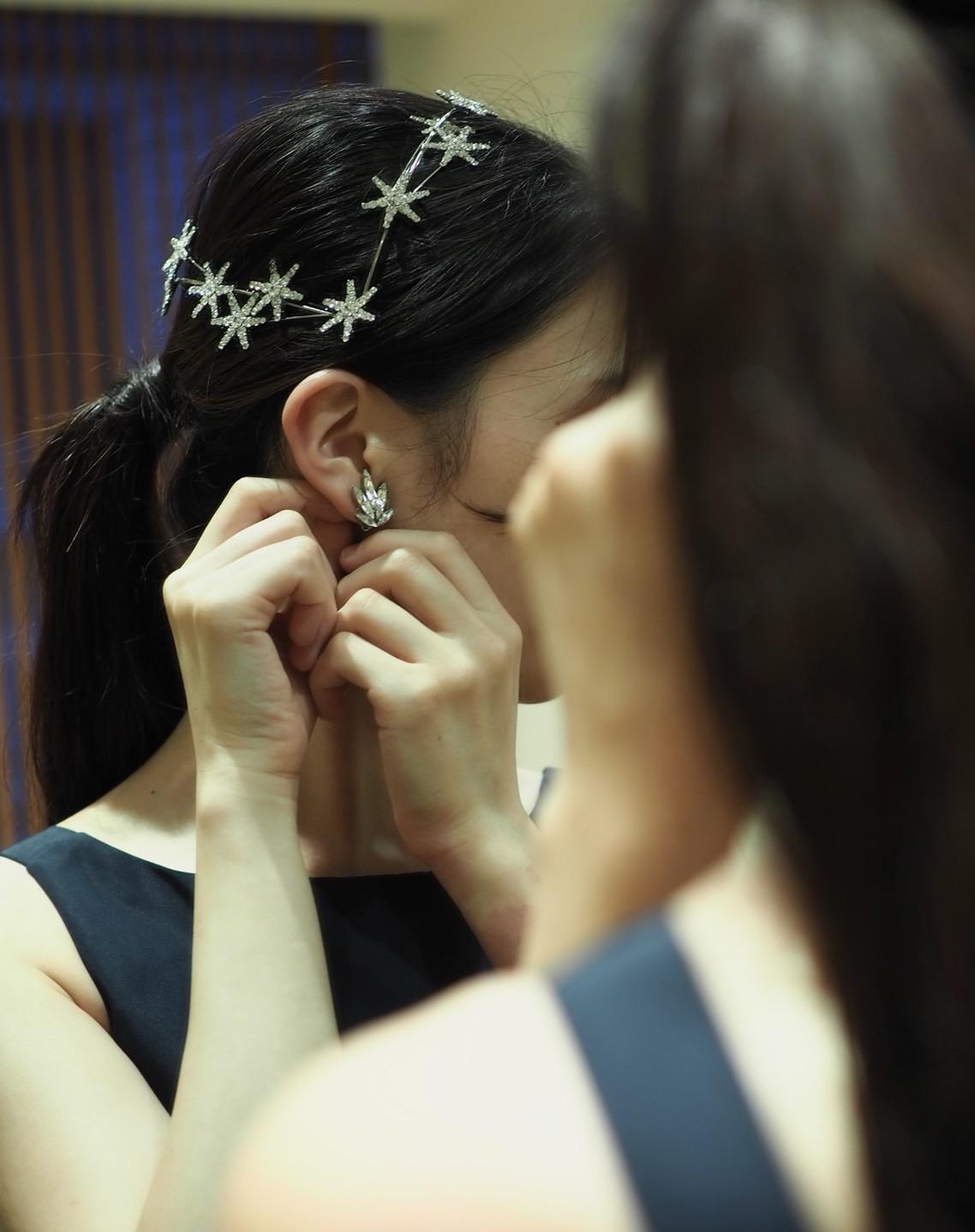これから結婚式を挙げる花嫁におススメのシルバーアクセサリーを使用したお洒落なカジュアルスタイルのカラードレスのコーディネート