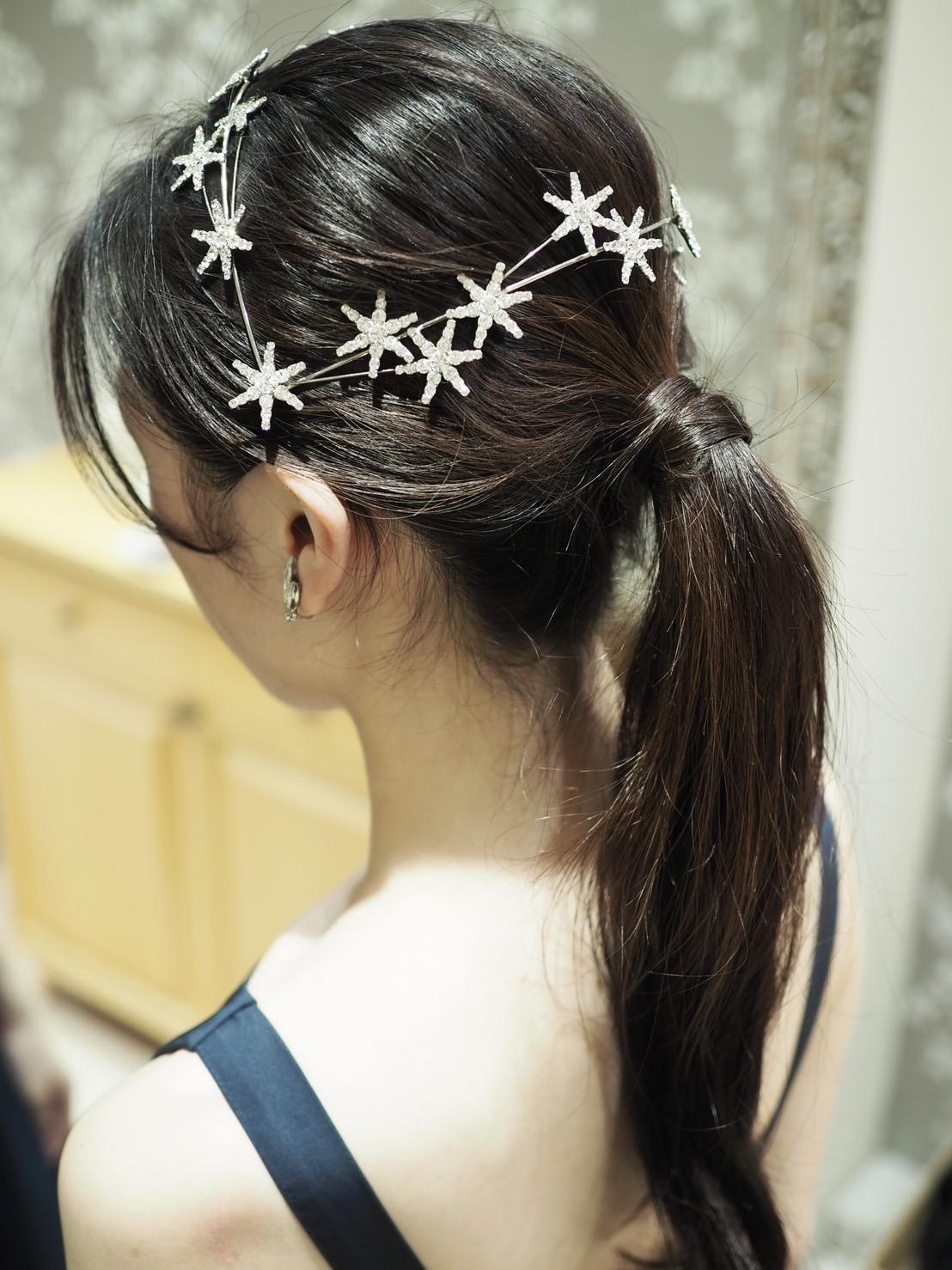 トリートドレッシングで取り扱いのある結婚式や前撮りにおススメのポニーテールのヘアスタイルと星モチーフのアクセサリー