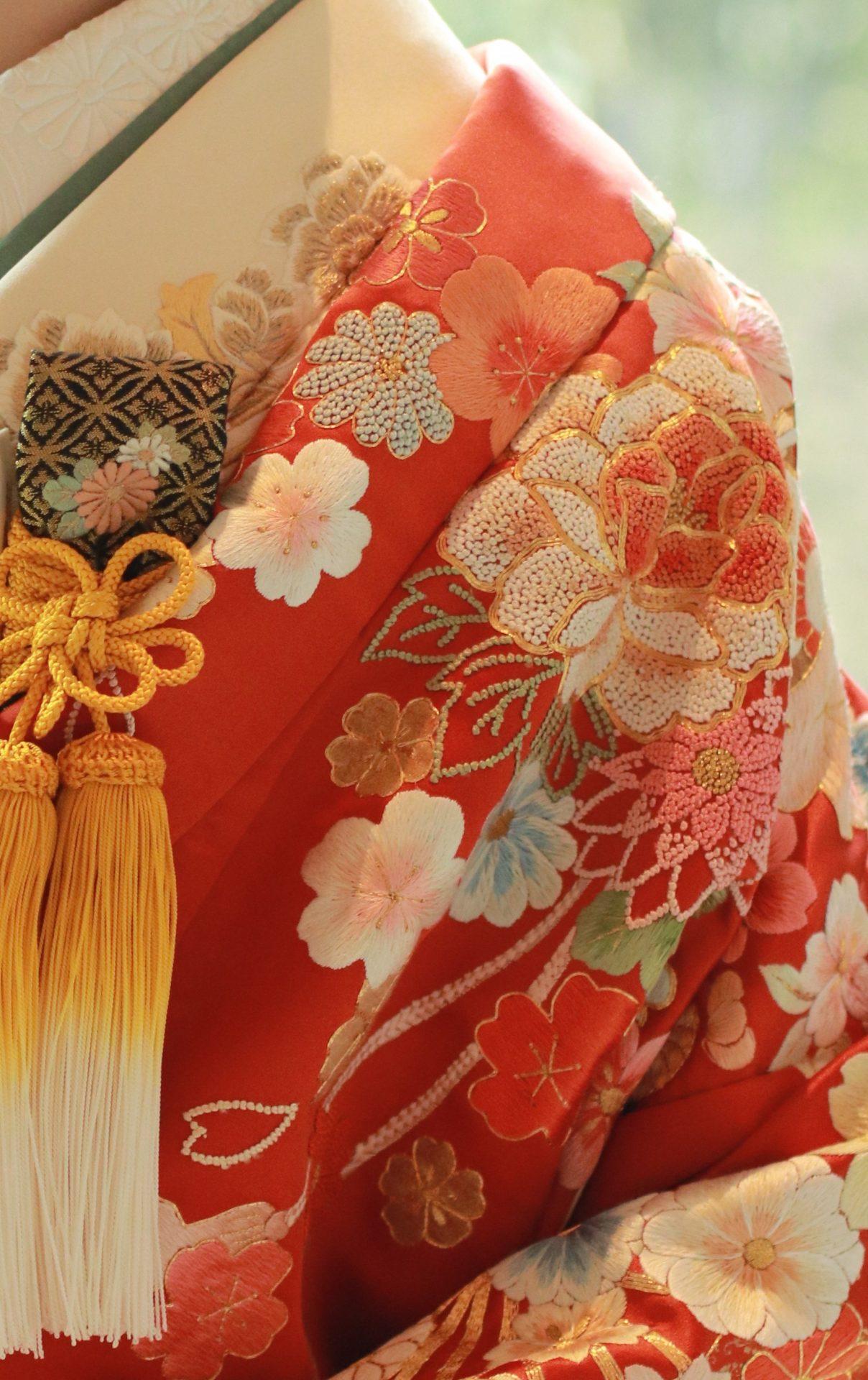 パレスホテル東京におすすめの赤の色打掛、相良刺繍で施された四季の花柄が施されており圧巻の美しさです