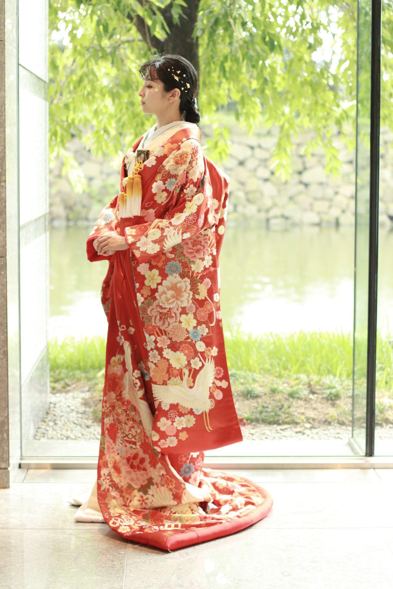 パレスホテル東京におすすめの新作赤字の色打掛、皇居の自然豊かな緑をバックにすると着物の美しさを柔らかく豊かに引き立てます