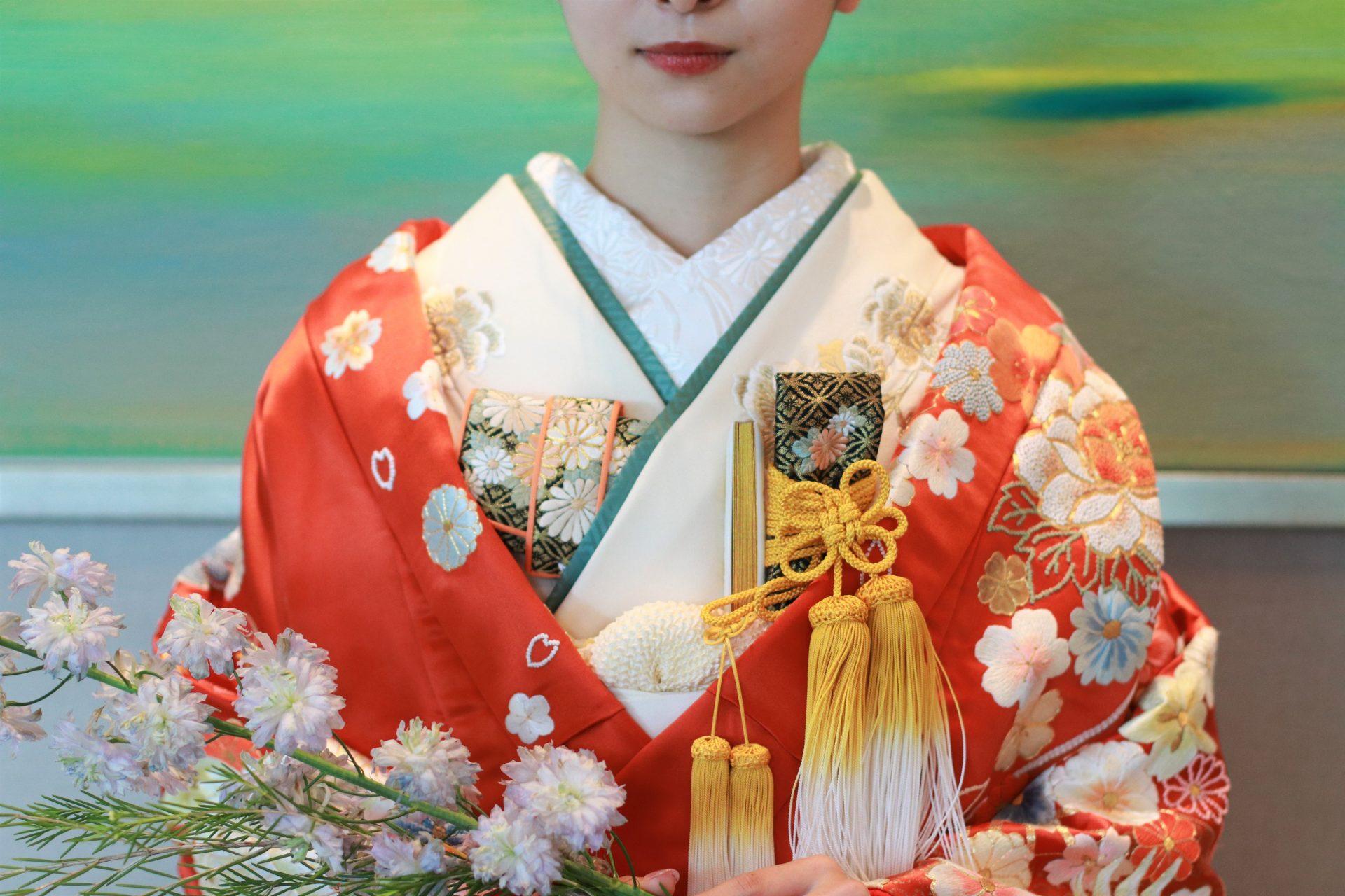パレスホテル東京のアートに映える色打掛、水と空をモチーフにした油絵を背景に撮影した一枚は刺繍で描かれた四季の花々をより美しく引き立てます