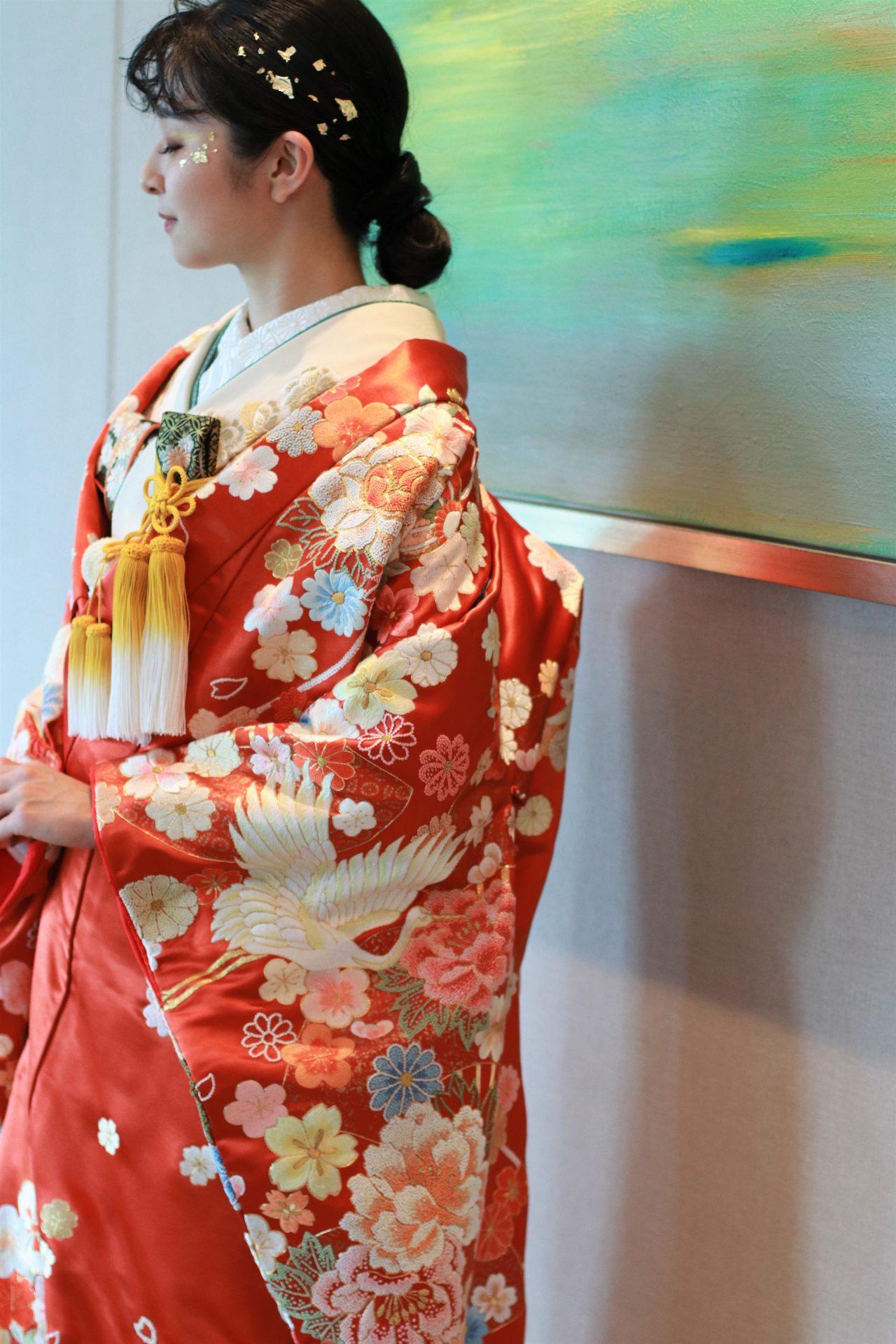 パレスホテル東京のアートに映える色打掛、水と空をイメージしたアートに映る色打掛はまるでその中の鶴や花たちに命を吹き込まれたよう