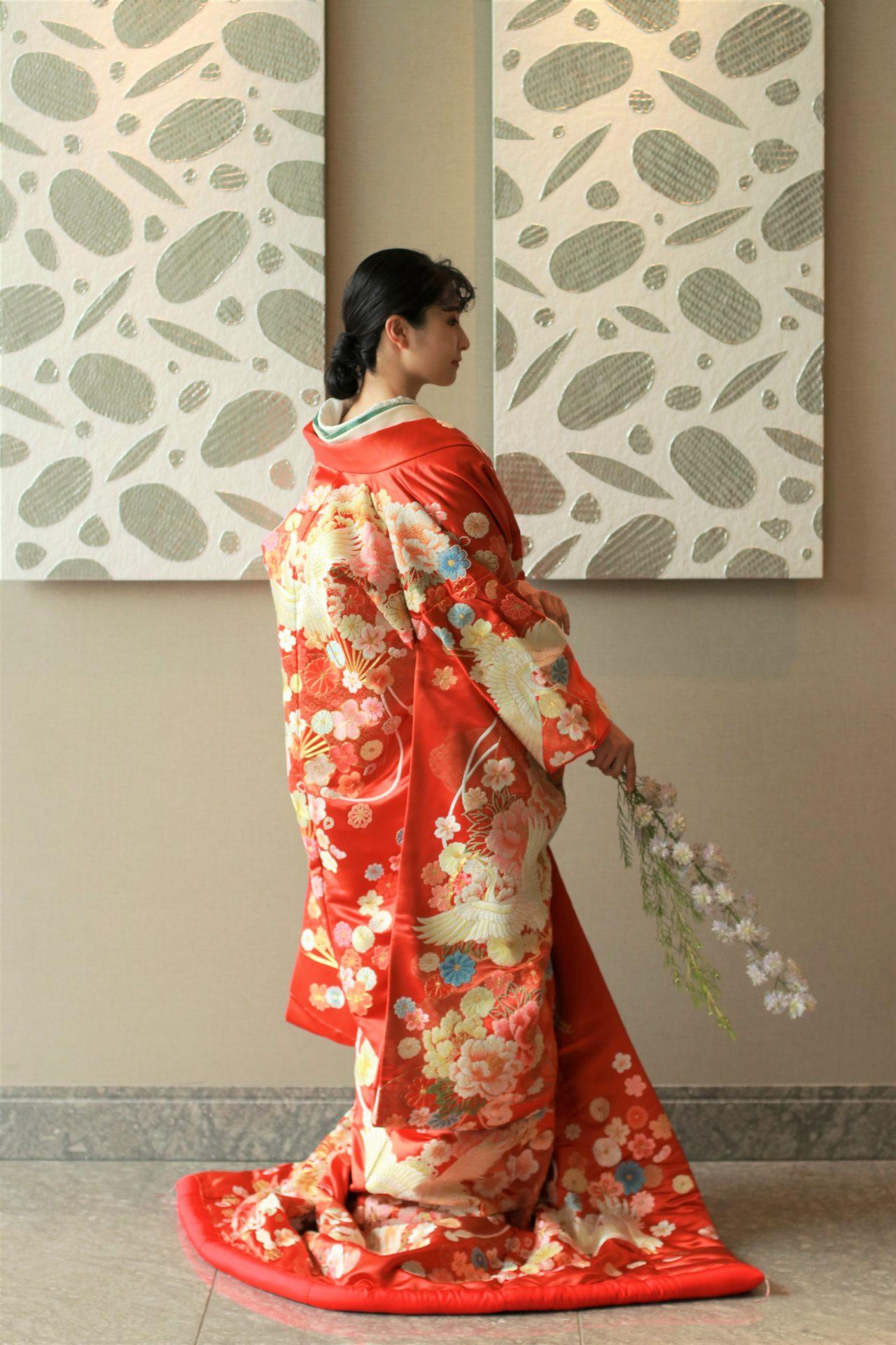 パレスホテル東京のアートに映える色打掛、シルバーのモダンアートの前に姿を重ねれば伝統的な着物姿もモダンな印象に