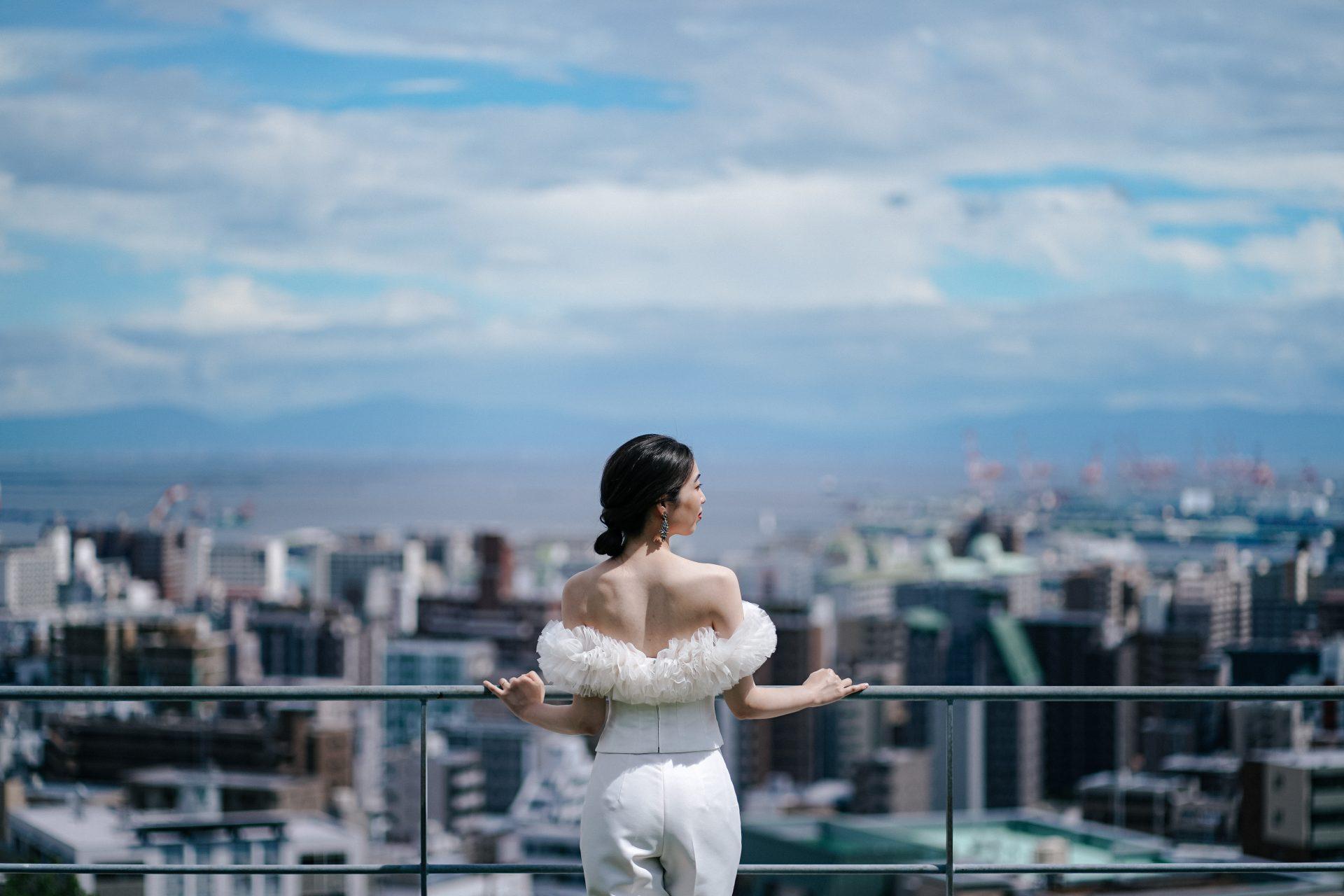 ザトリートドレッシング神戸店がおすすめするシルエットが美しいトモコイズミフォートリートメゾンのパンツスタイルのウェディングドレスのご紹介