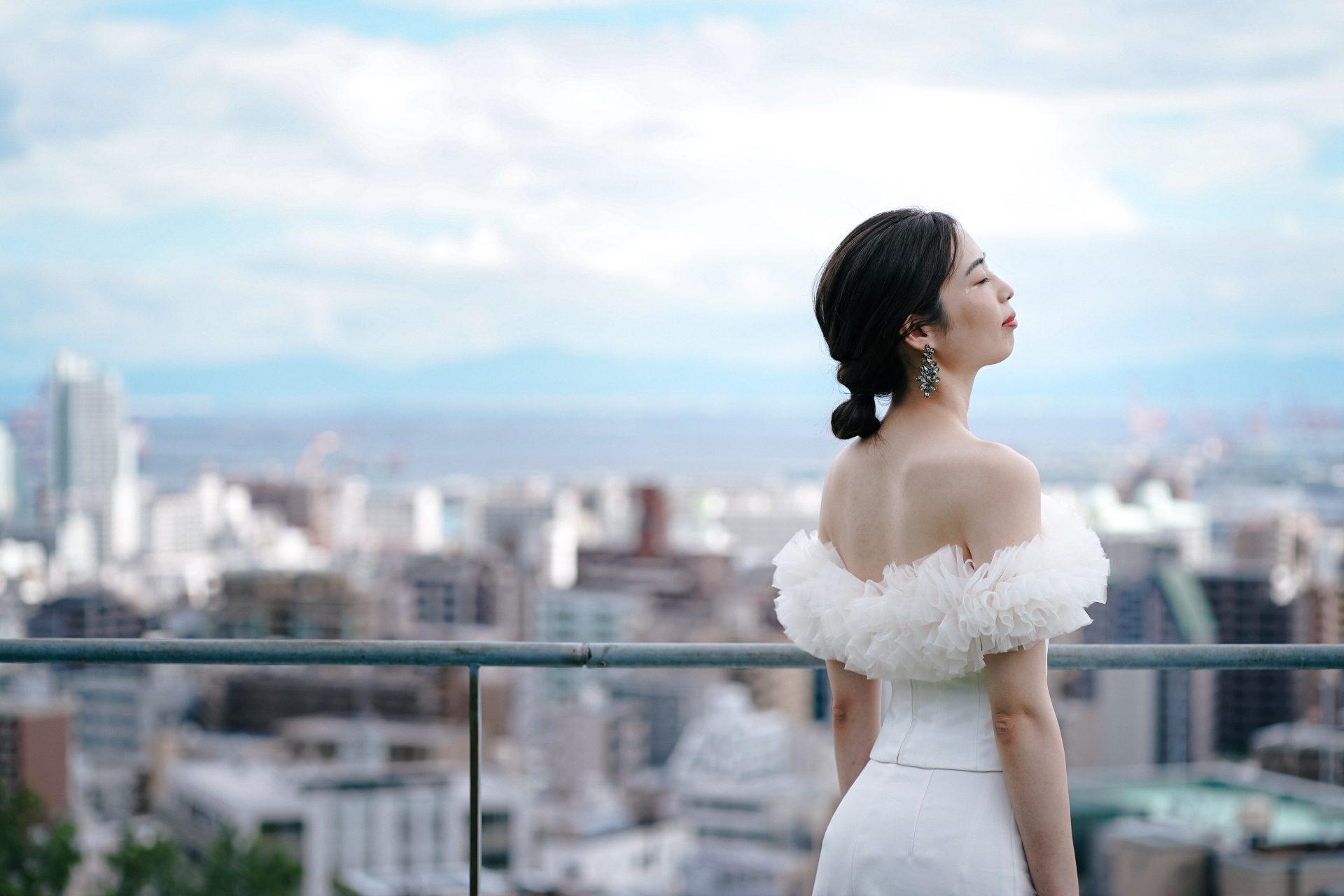 ザトリートドレッシング神戸店がおすすめするトモコイズミフォートリートメゾンのパンツスタイルのウェディングドレスとオスカーデラレンタのイヤリングのコーディネートのご紹介