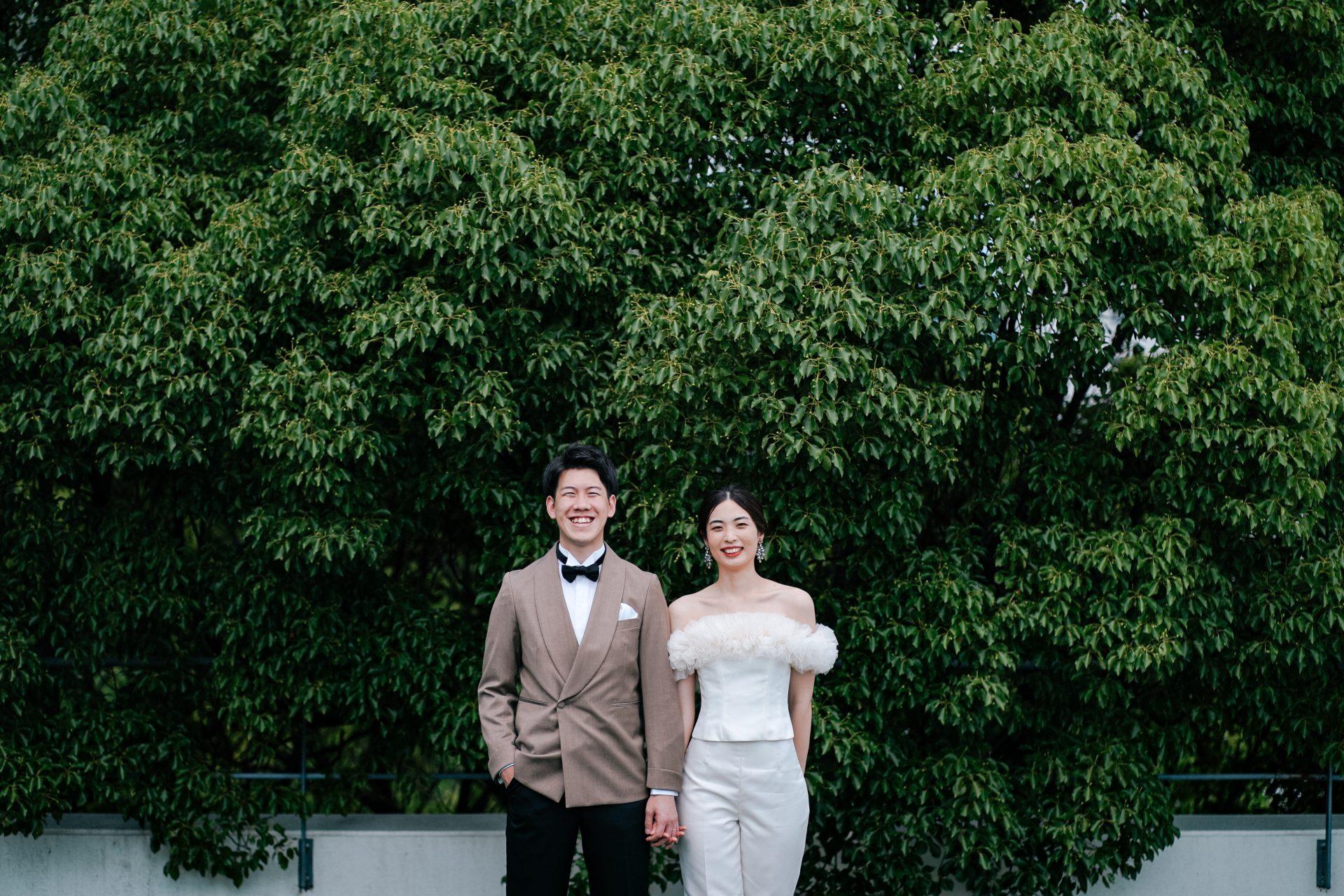 ザトリートドレッシング神戸店がおすすめするトモコイズミフォートリートメゾンのフリルが美しいパンツスタイルのウェディングドレスで前撮り撮影された素敵なお二人のご紹介