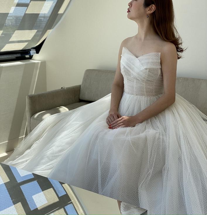 デコルテラインが美しいモニークルイリエのウェディングドレスにはダウンヘア―で軽やかにコーディネート