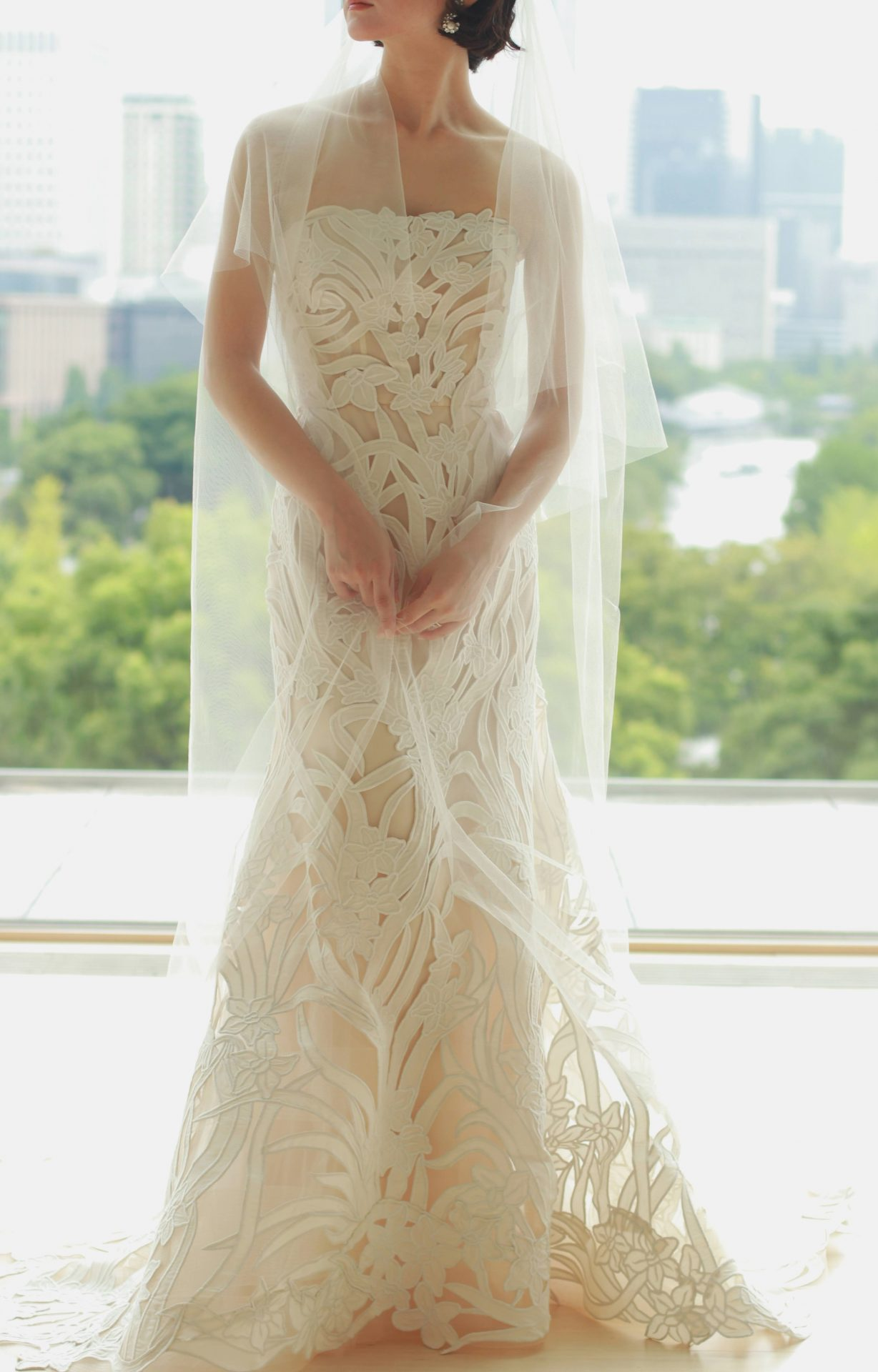 パレスホテル東京のチャペルには、マーメイドラインのウェディングドレスにロングベールをあわせて、自然光を取り入れたコーディネートがおすすめです