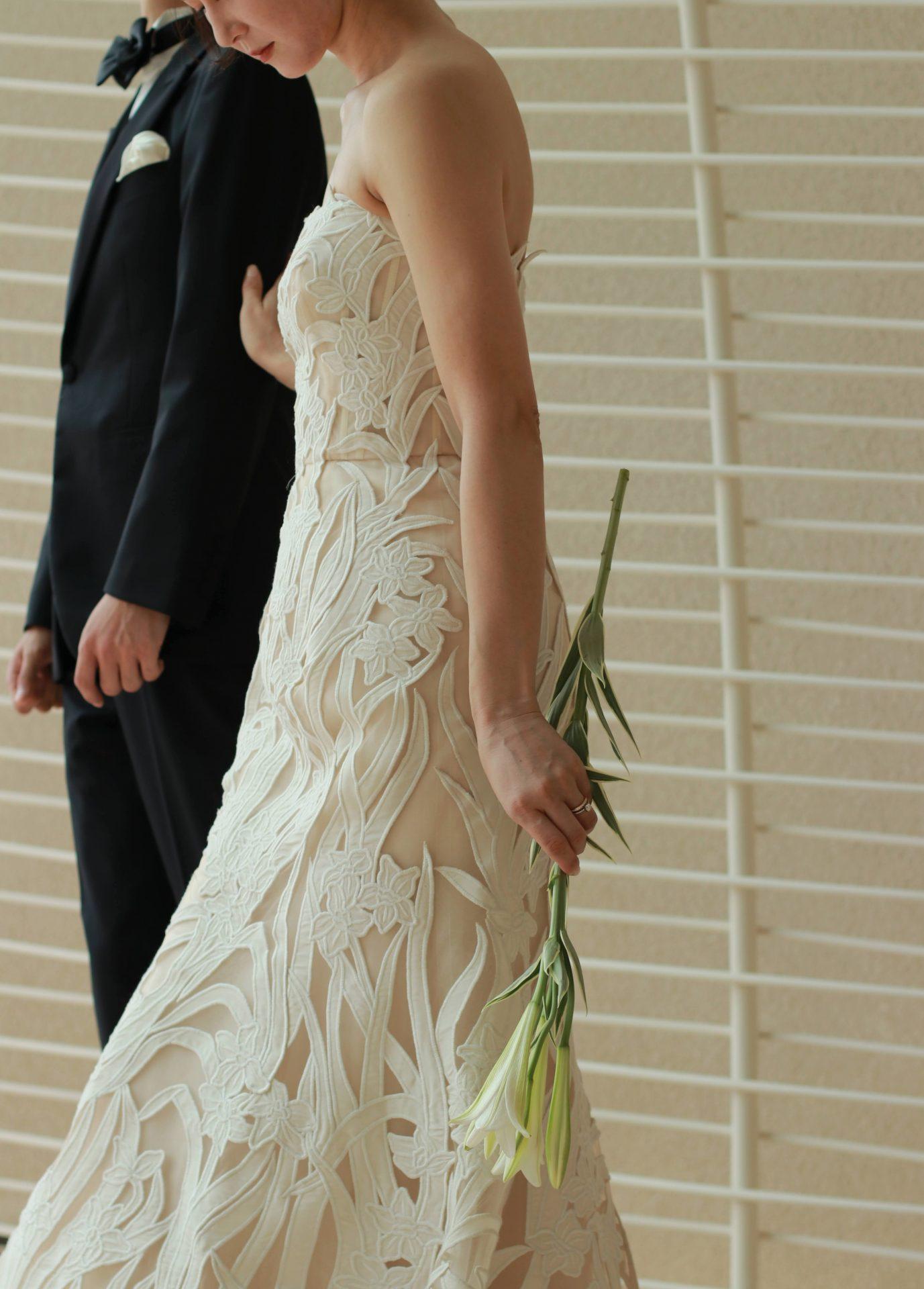 チャペルのバージンロードを歩く新郎新婦は、タキシードとウェディングドレスに身を包み、参列者に見守られながら誓いの場へと足を進めます
