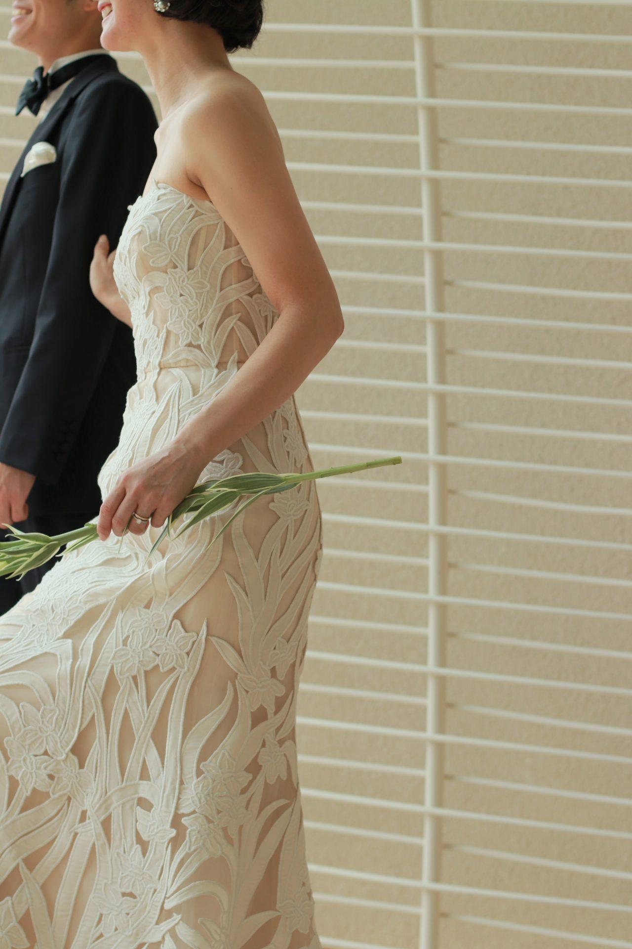 結婚式に欠かせない花嫁の左手薬指に光る結婚指輪が、ウェディングドレス姿に華を添えます