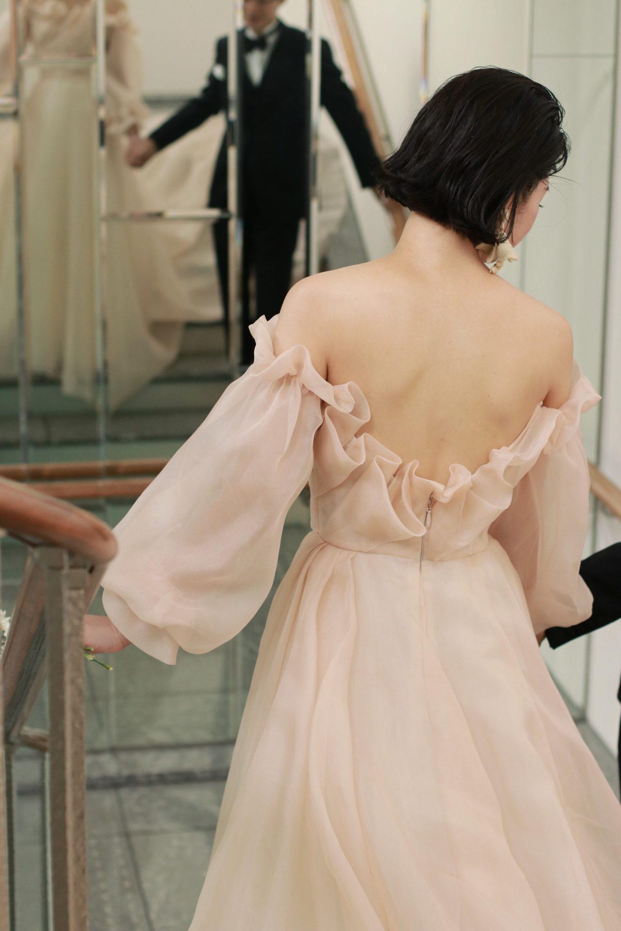 Monique Lhuillierより届いたオフショルダーのウェディングドレスは背中がVバックになり女性の身体を細く見せてくれます
