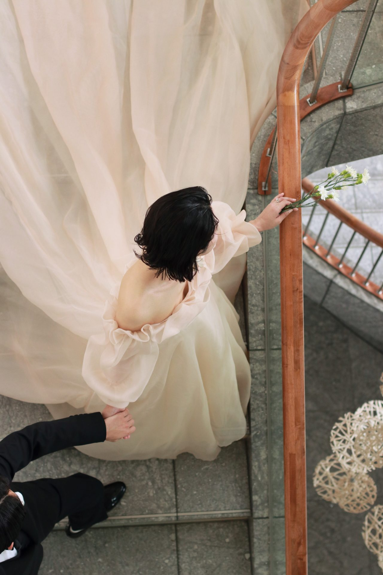 前撮りにもオススメなパレスホテル東京の大理石の螺旋階段では、タキシード姿の新郎に手を引かれ新婦が歩みを進めるような、ロマンティックな写真が残せます
