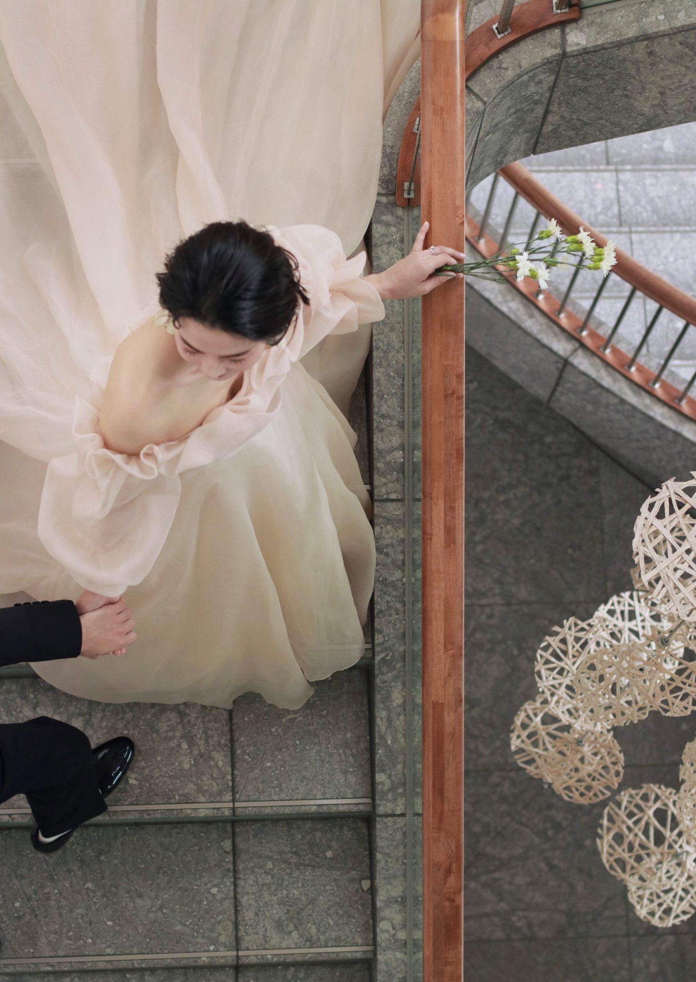 パレスホテル東京の螺旋階段では、タキシード姿の新郎に手を引かれ新婦が歩みを進めるような、映画のワンシーンの様な写真が残せる為、前撮りにおすすめです