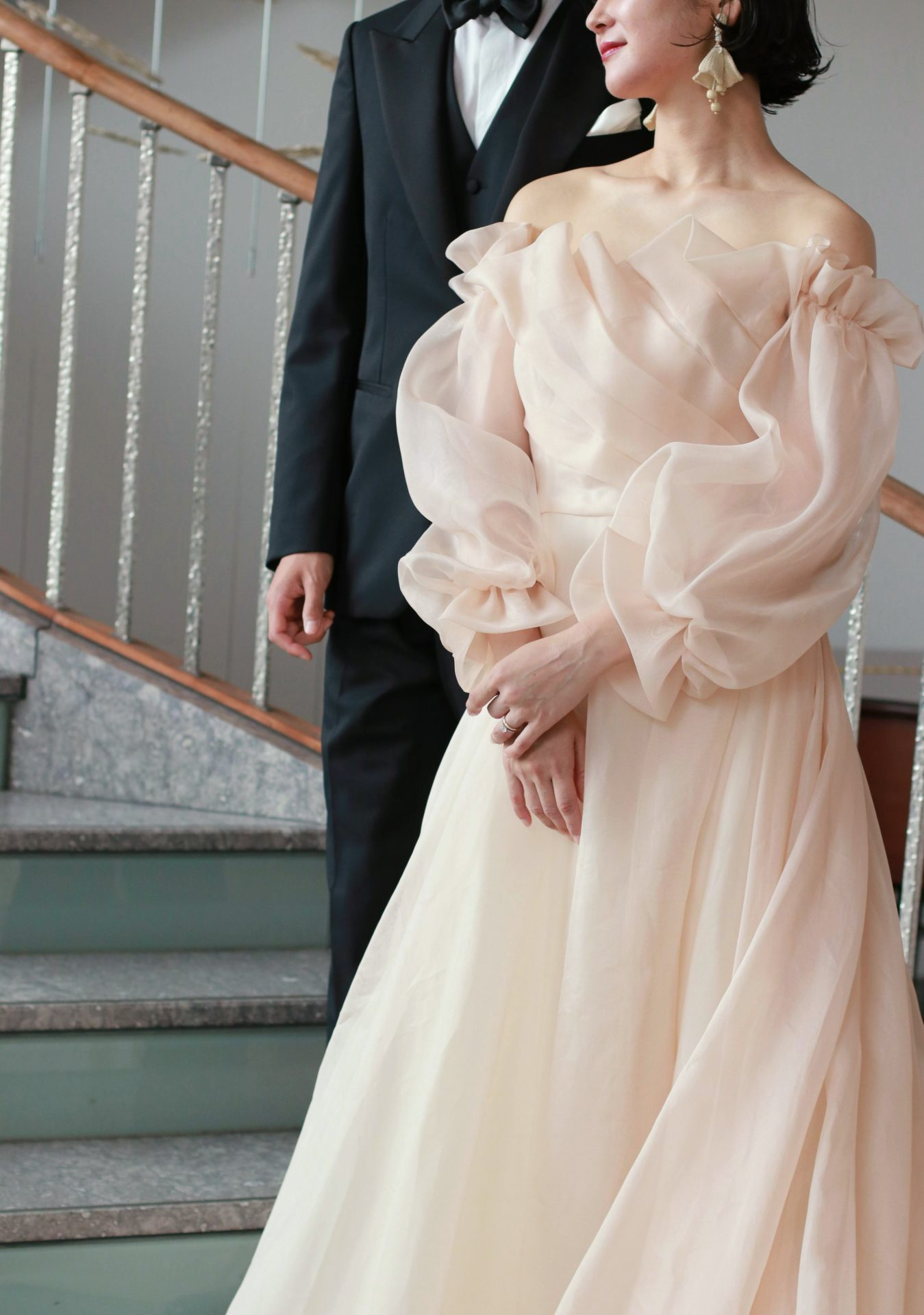冬や春の結婚式をご予定されている花嫁様にお勧めのウェディングドレスは、透明感のあるパフスリーブが軽やかな、Monique Lhuillierの新作ドレスです