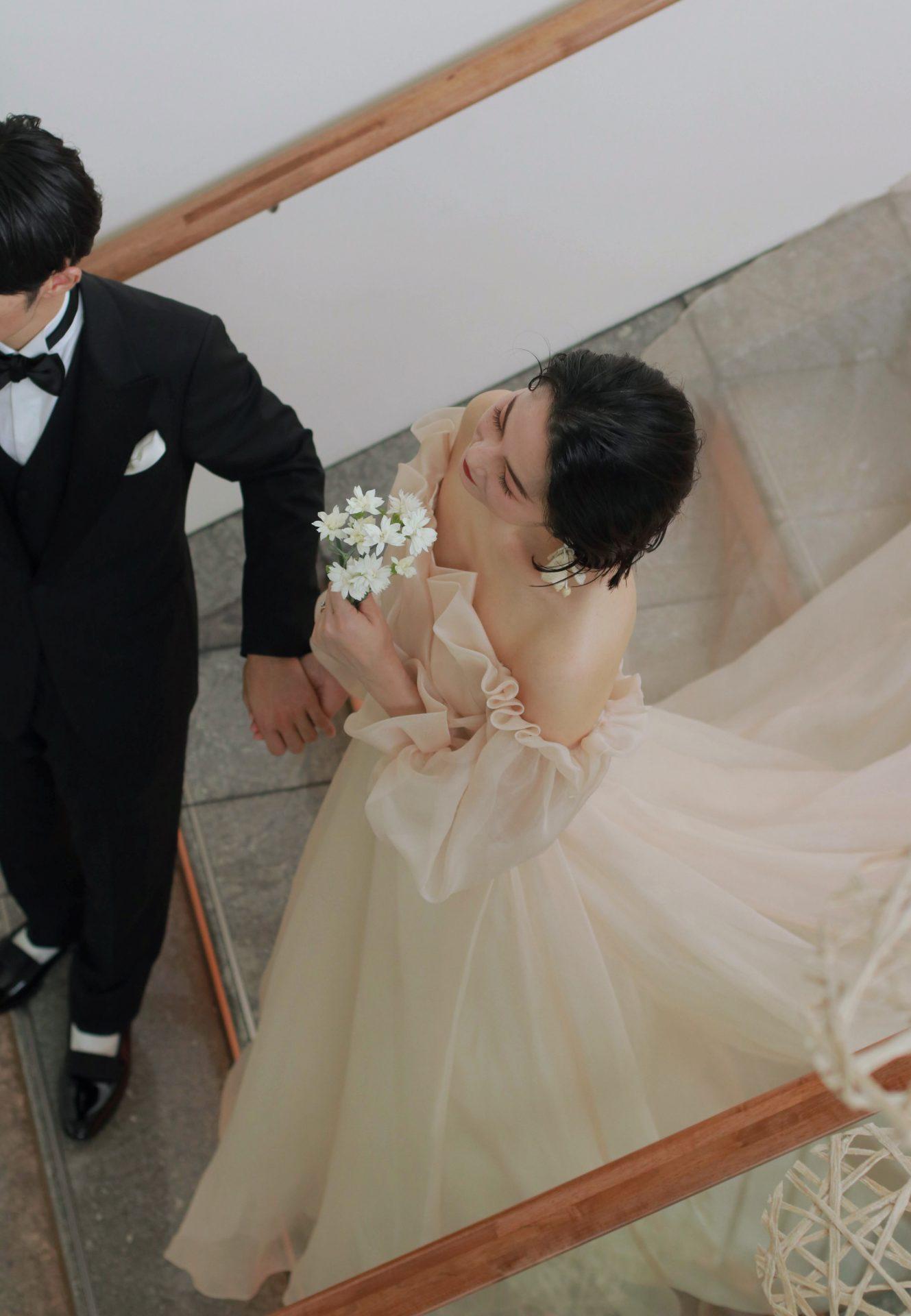 お洒落花嫁に人気のモニークルイリエより、ザトリートドレッシングアディション店に届いた新作ドレスは、オフショルダーデザインのAラインのウェディングドレスです