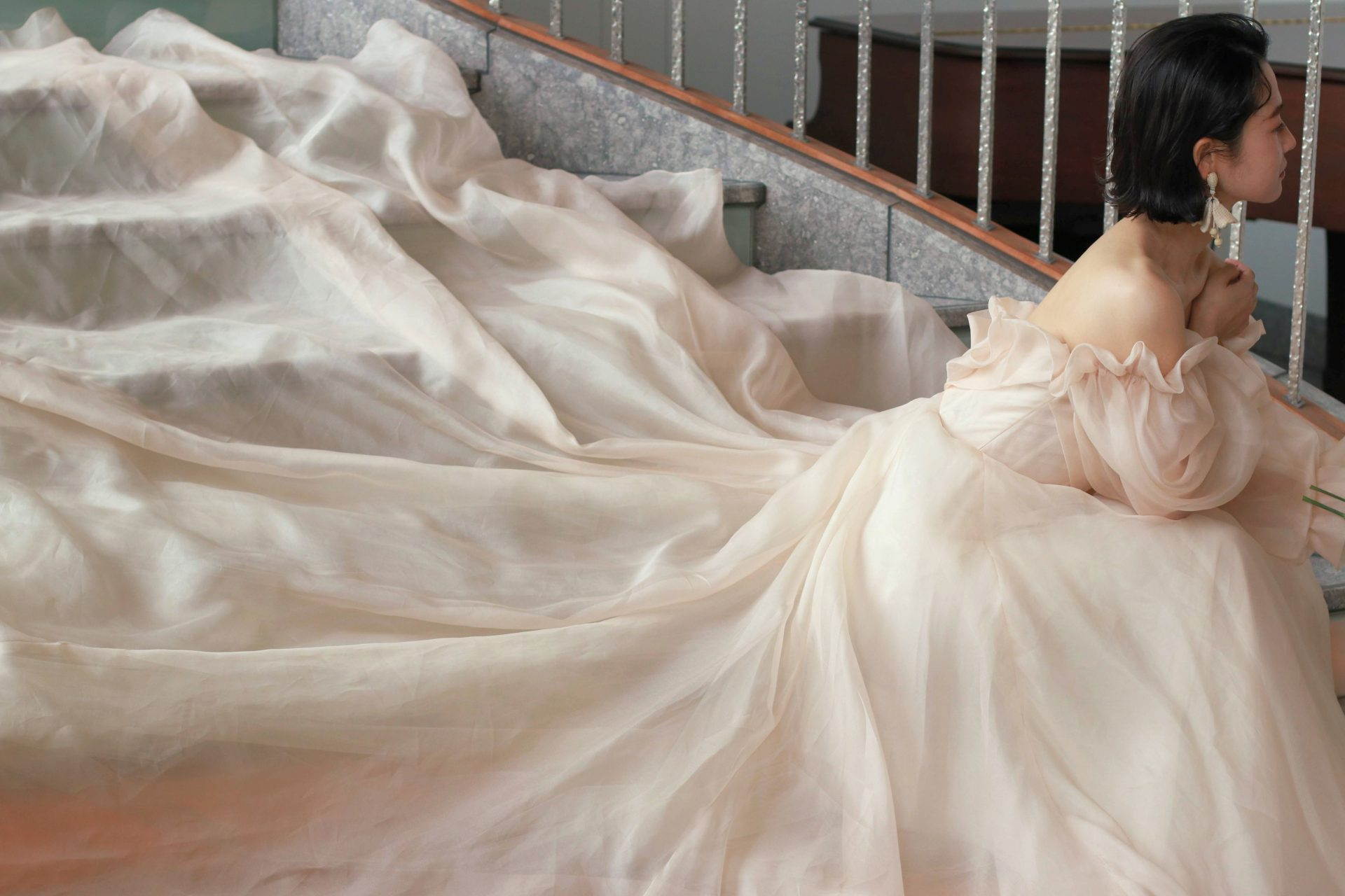 パレスホテル東京での前撮りをお考えの方には、大階段や螺旋階段でトレーンを大きく広げたウェディングドレス姿のお写真がおすすめです