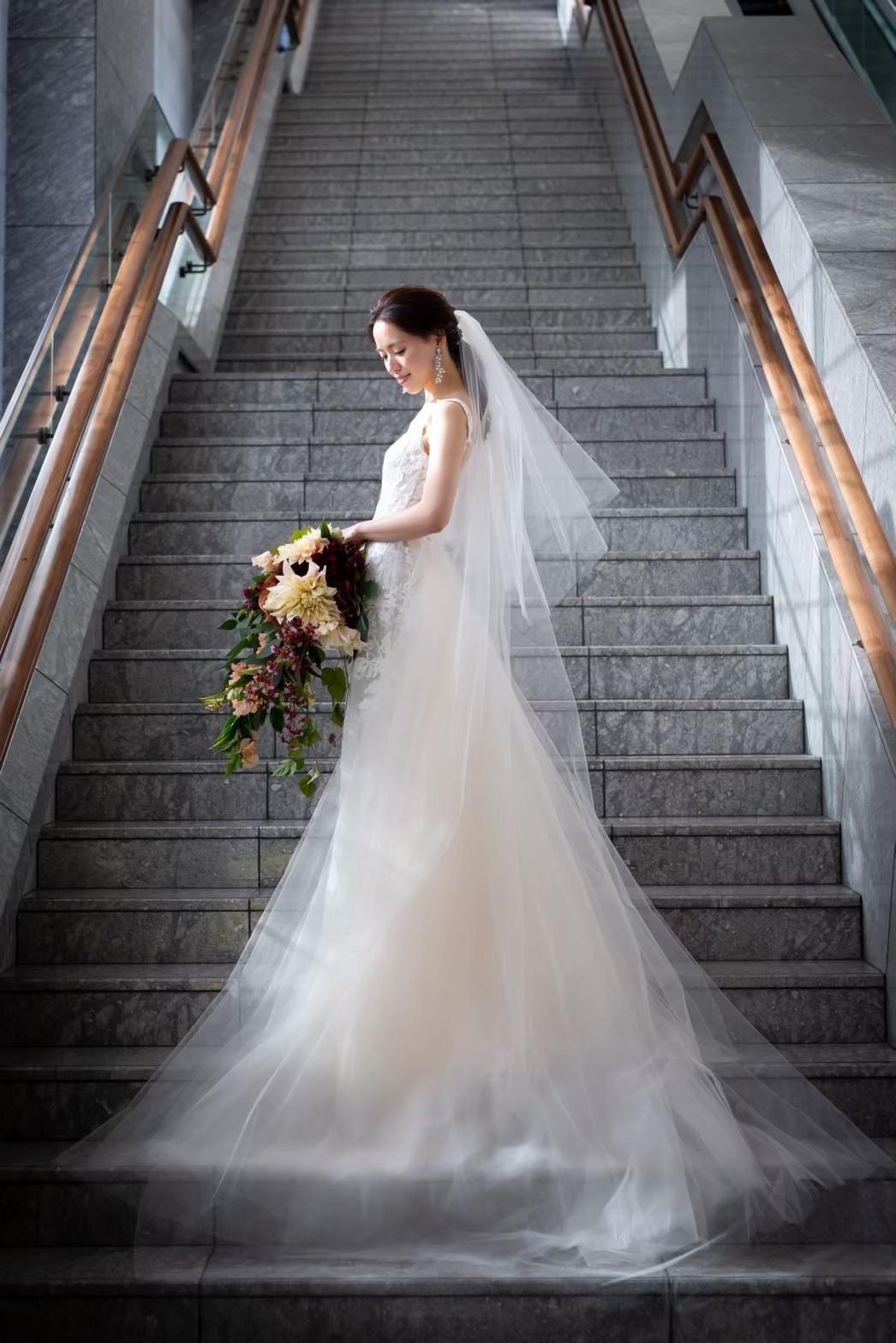 パレスホテル東京のフォトスポットである大理石の大階段には透明感たっぷりのチュールのドレスがお写真に映えます
